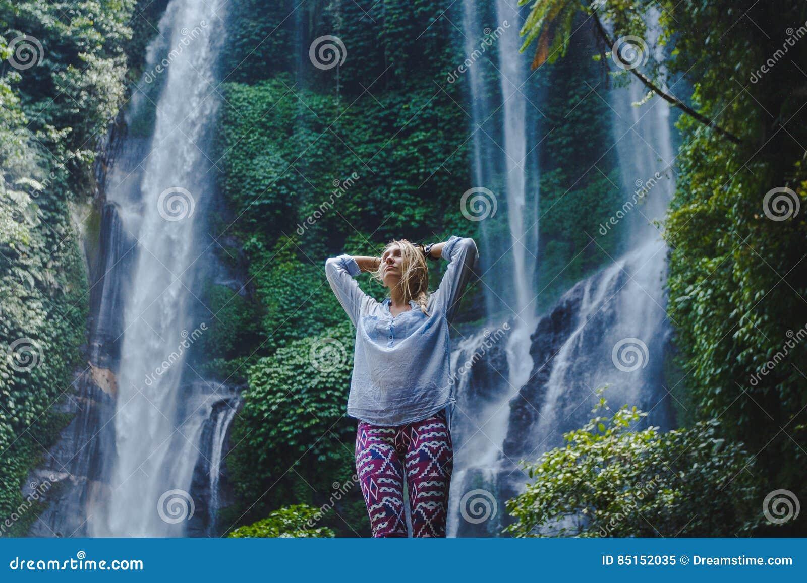 Flicka nära vattenfallet