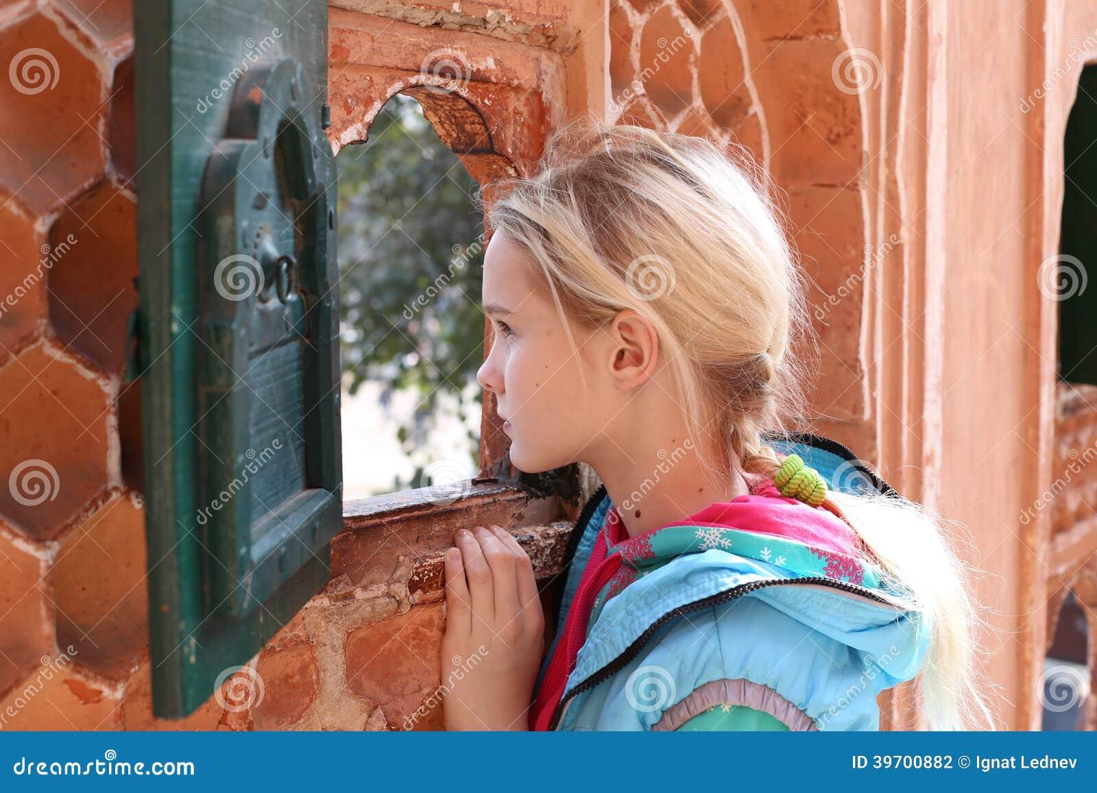Flicka och fönster
