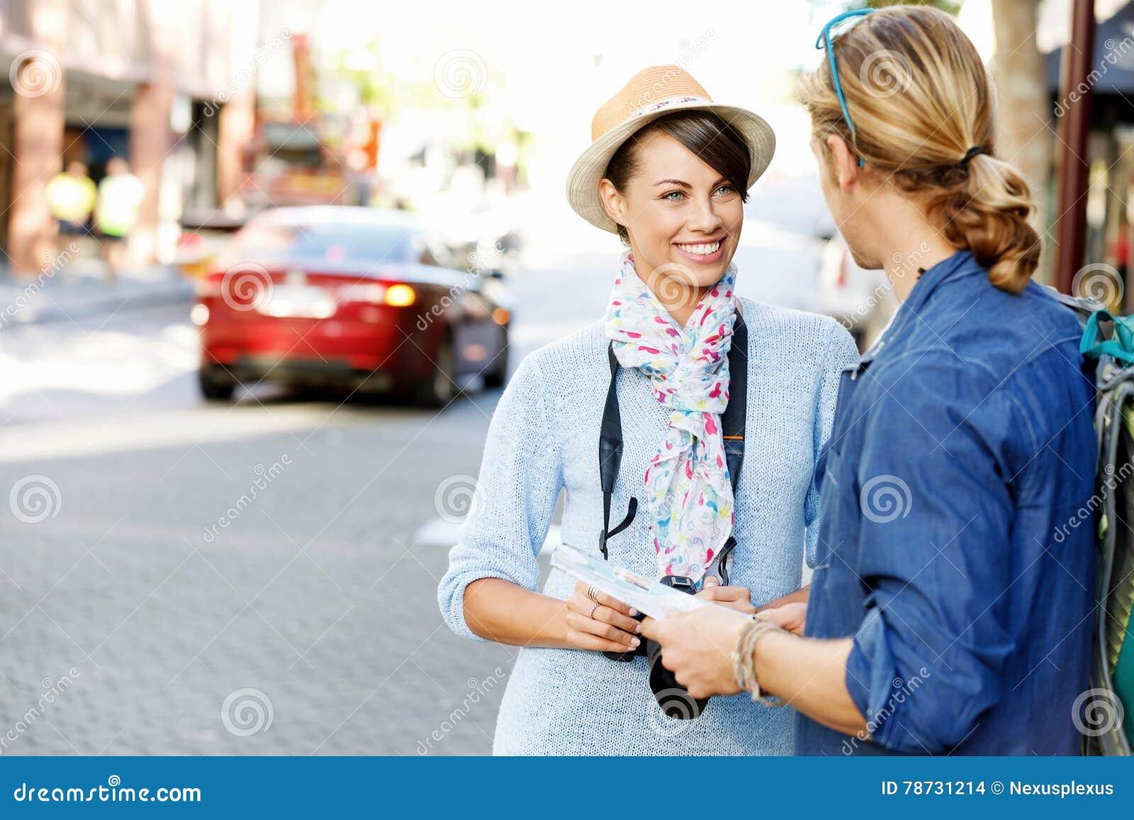Flicka och grabb på gatorna av en stad