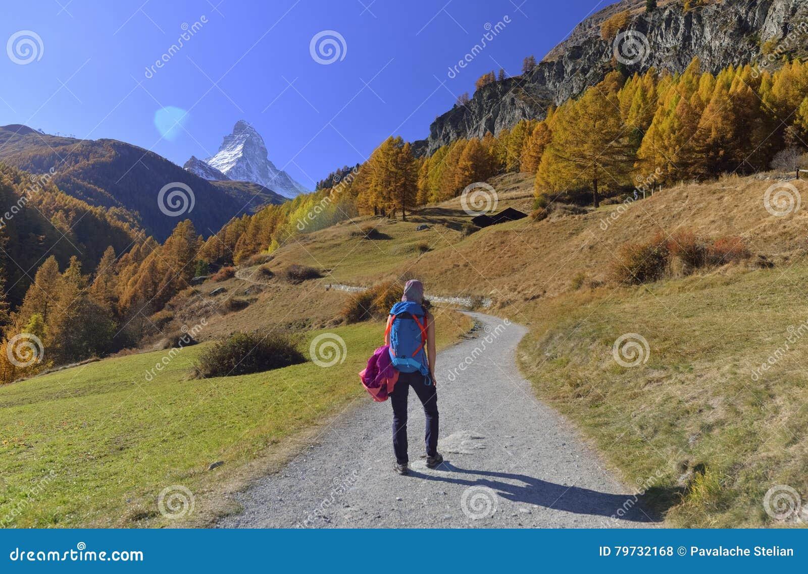 Flicka på att fotvandra slingan och höstplats i Zermatt med det Matterhorn berget i bakgrund