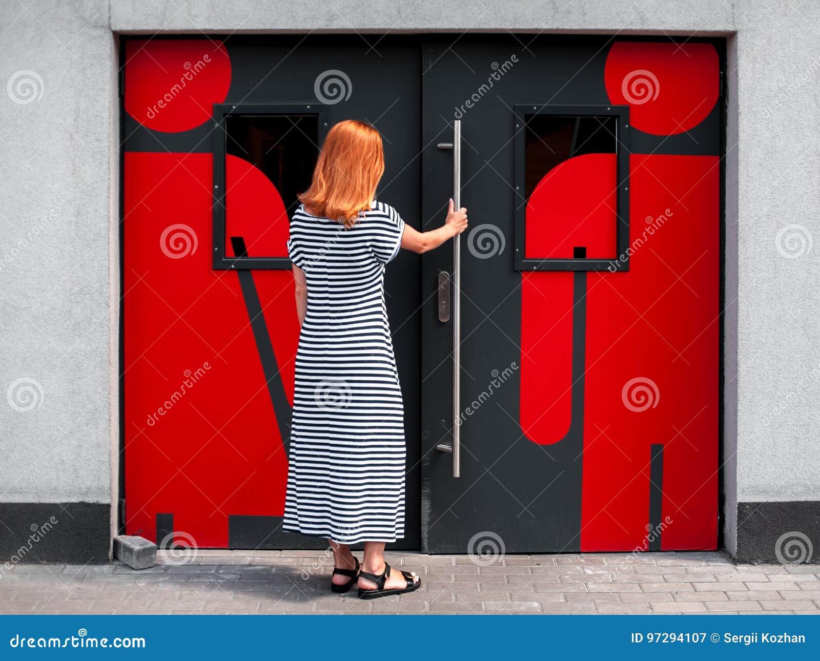 Flicka på dörren till toaletten 01