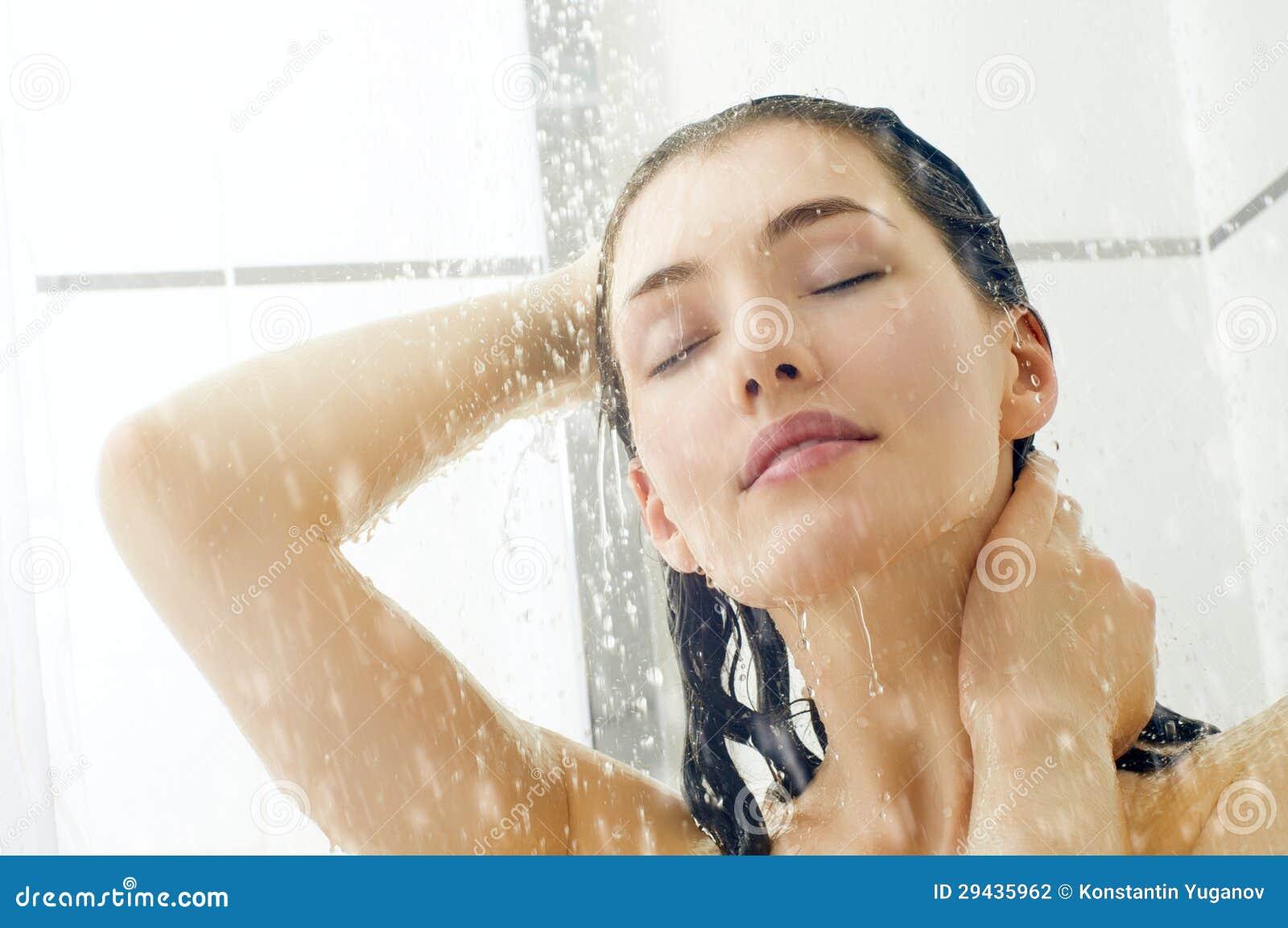 Flickor med flickor i duschen