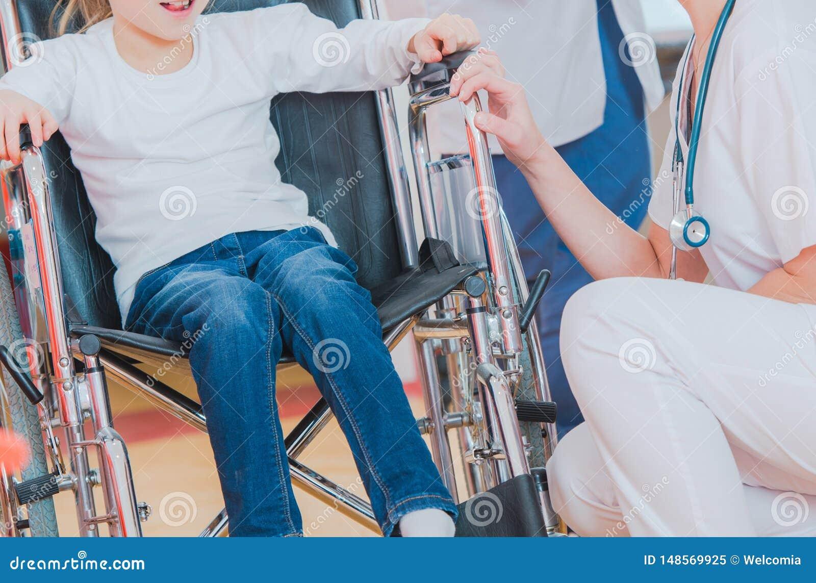 Flicka p? en rullstol i sjukhus