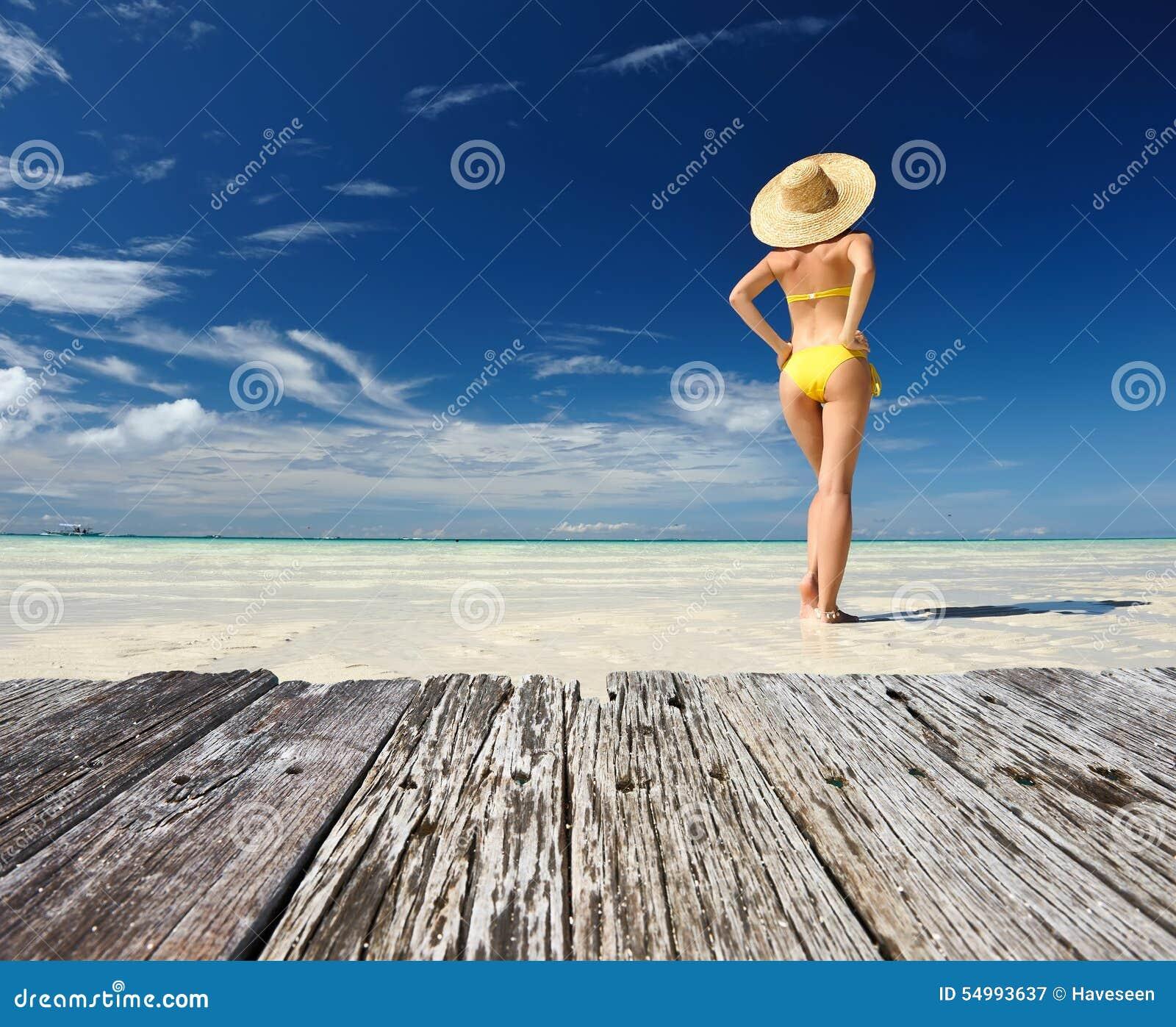 Flicka på en strand