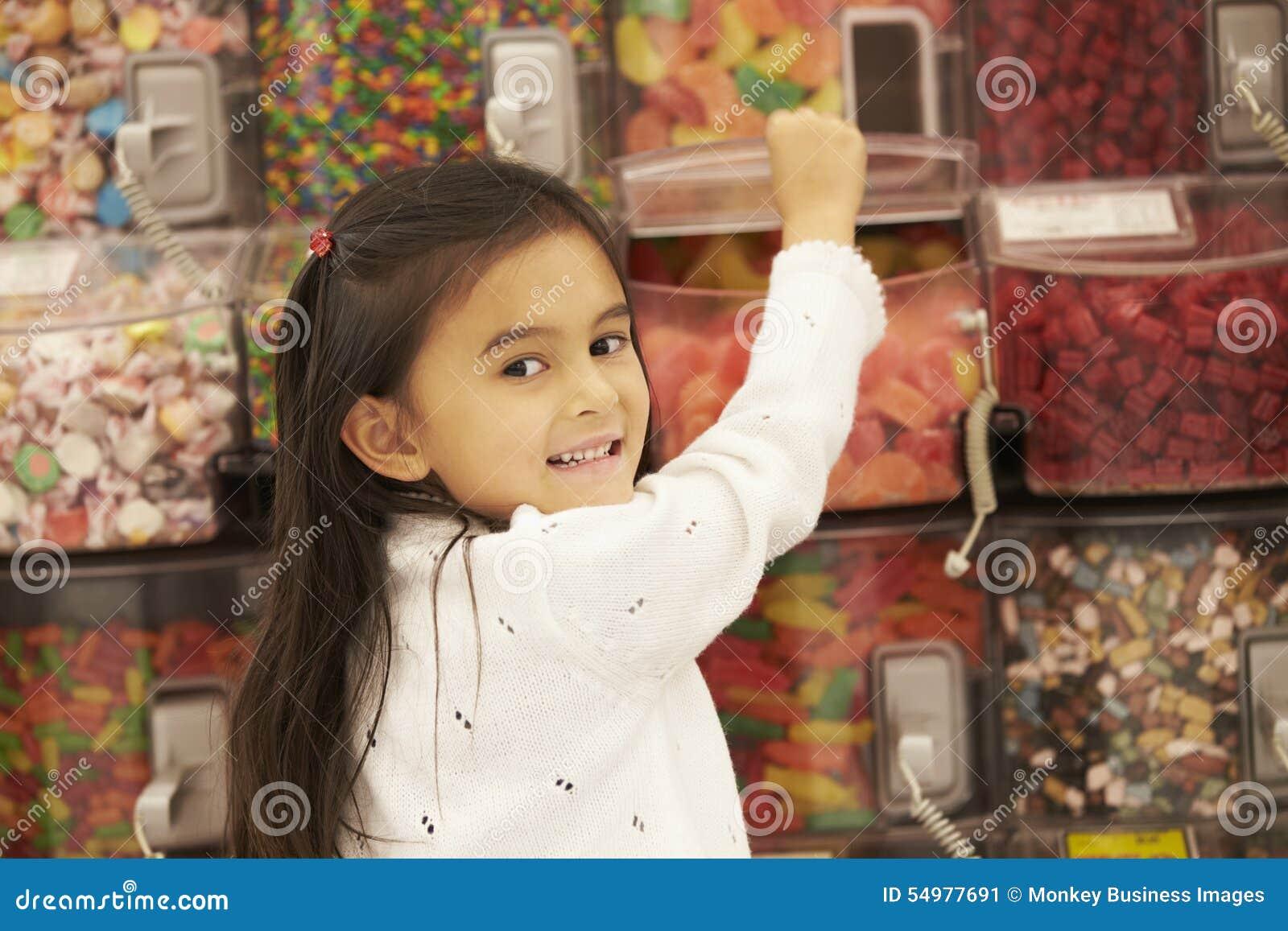 Flicka på godisräknaren i supermarket