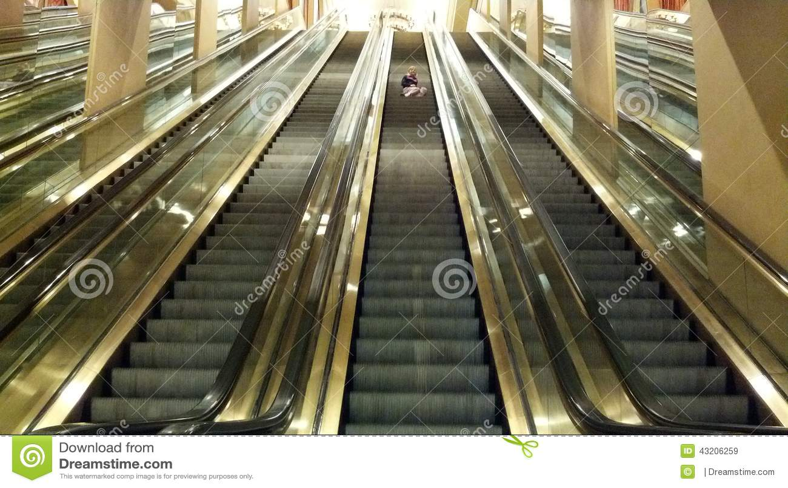 Download Flicka på rulltrappan fotografering för bildbyråer. Bild av rulltrappa - 43206259