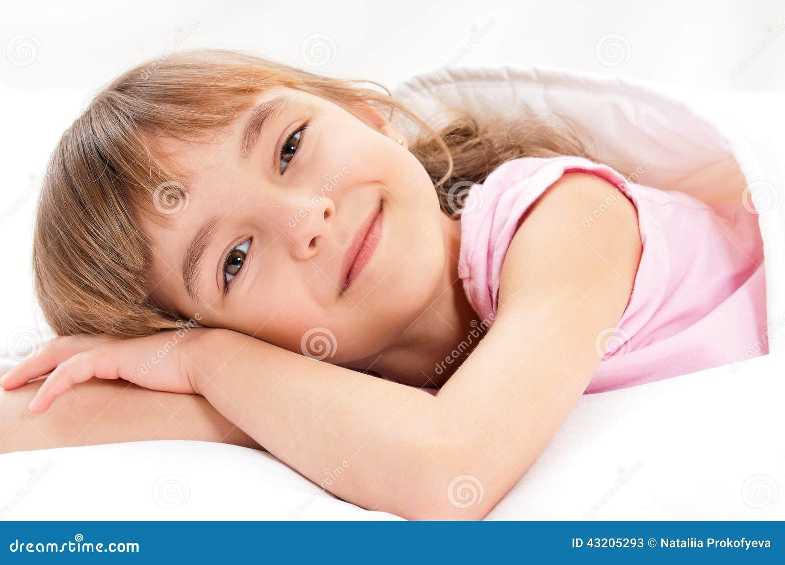 Download Flicka på säng fotografering för bildbyråer. Bild av barn - 43205293