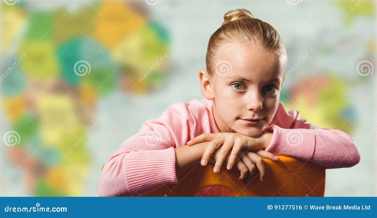 Flicka på stol mot oskarp översikt