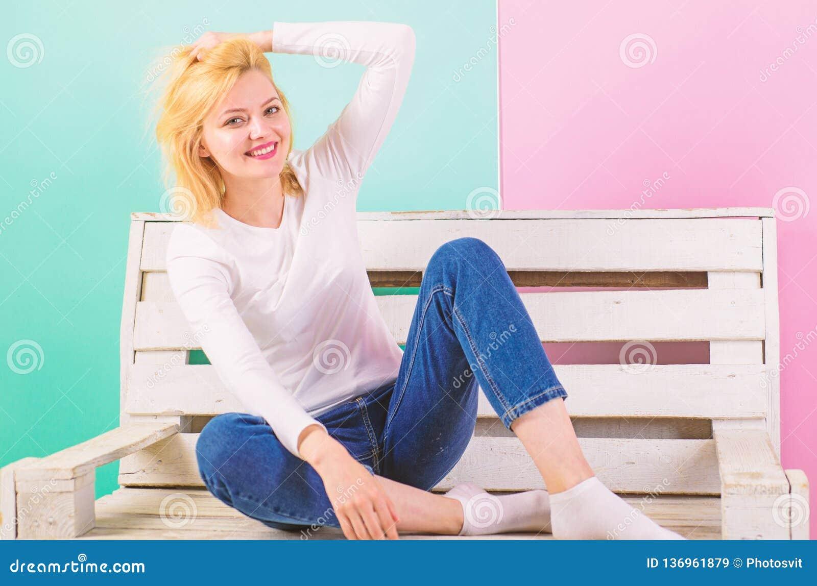 Flicka som är ursnygg även i enkel stildressing enkel skönhet Hon är enkelt ursnygg Härligt leende för ung kvinna medan