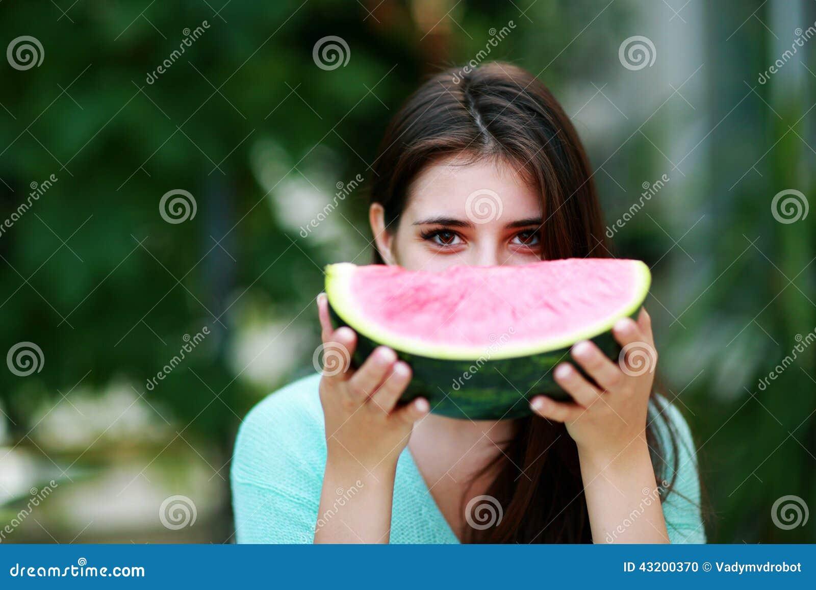 Download Flicka Som äter Den Nya Vattenmelon Arkivfoto - Bild av flicka, kvinnlig: 43200370