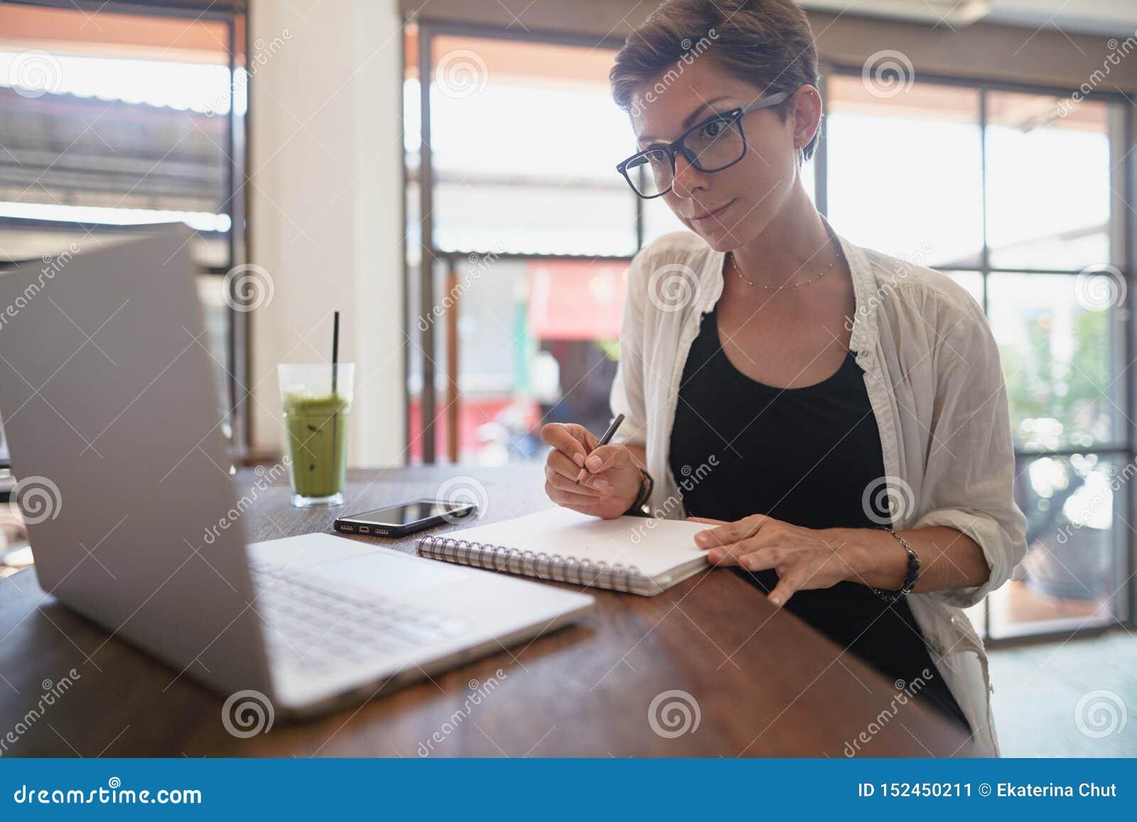 Flicka som arbetar i ett kafé Frilans- begrepp