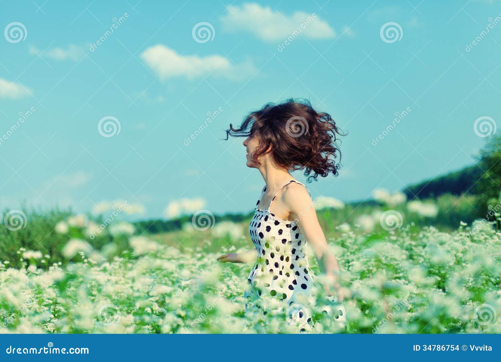 Flicka som går på bovetefältet