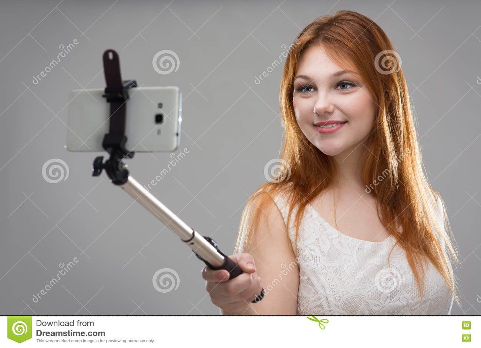 Flicka som gör selfie med din telefon