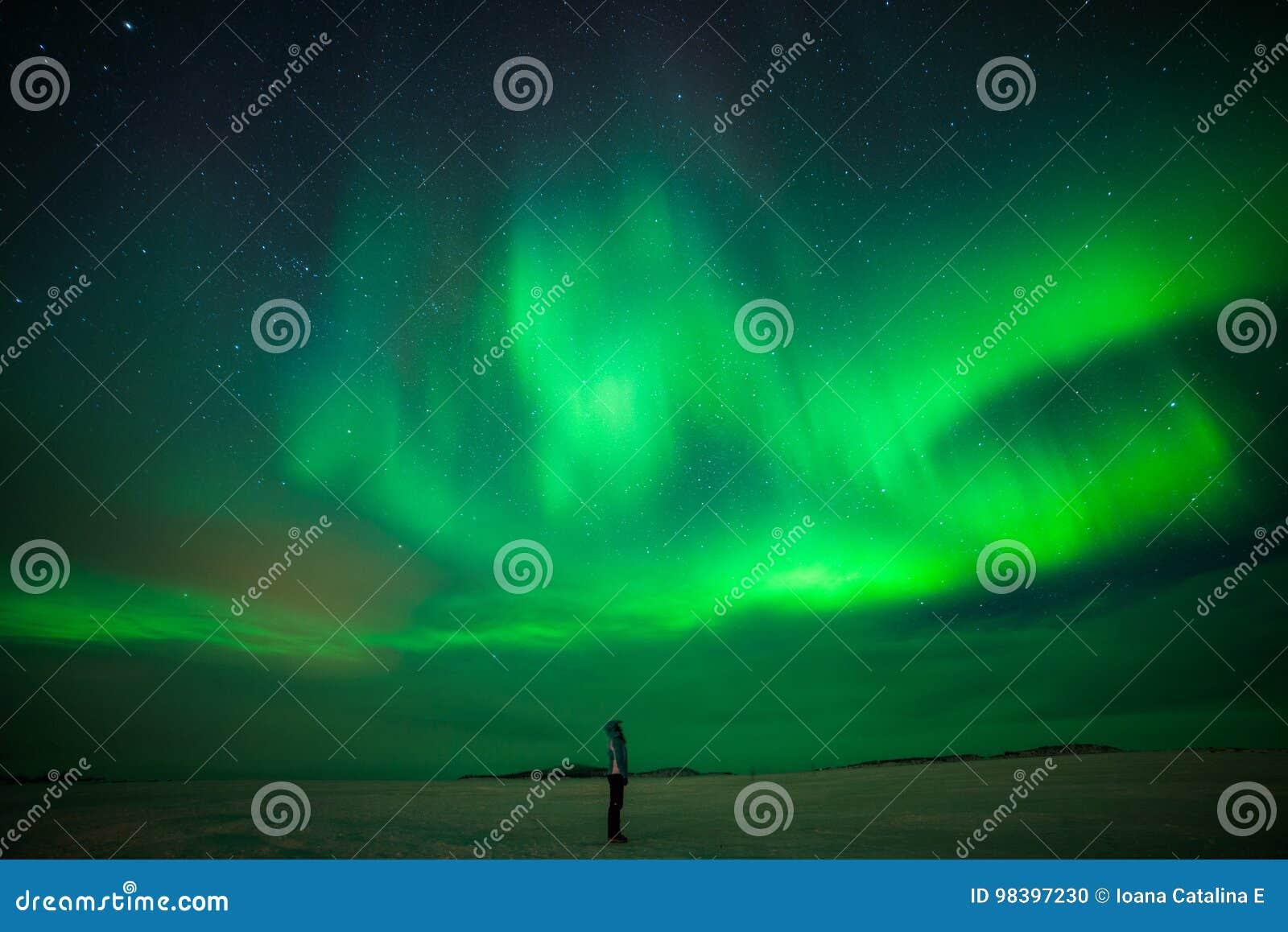 Flicka som håller ögonen på Aurora Borealis