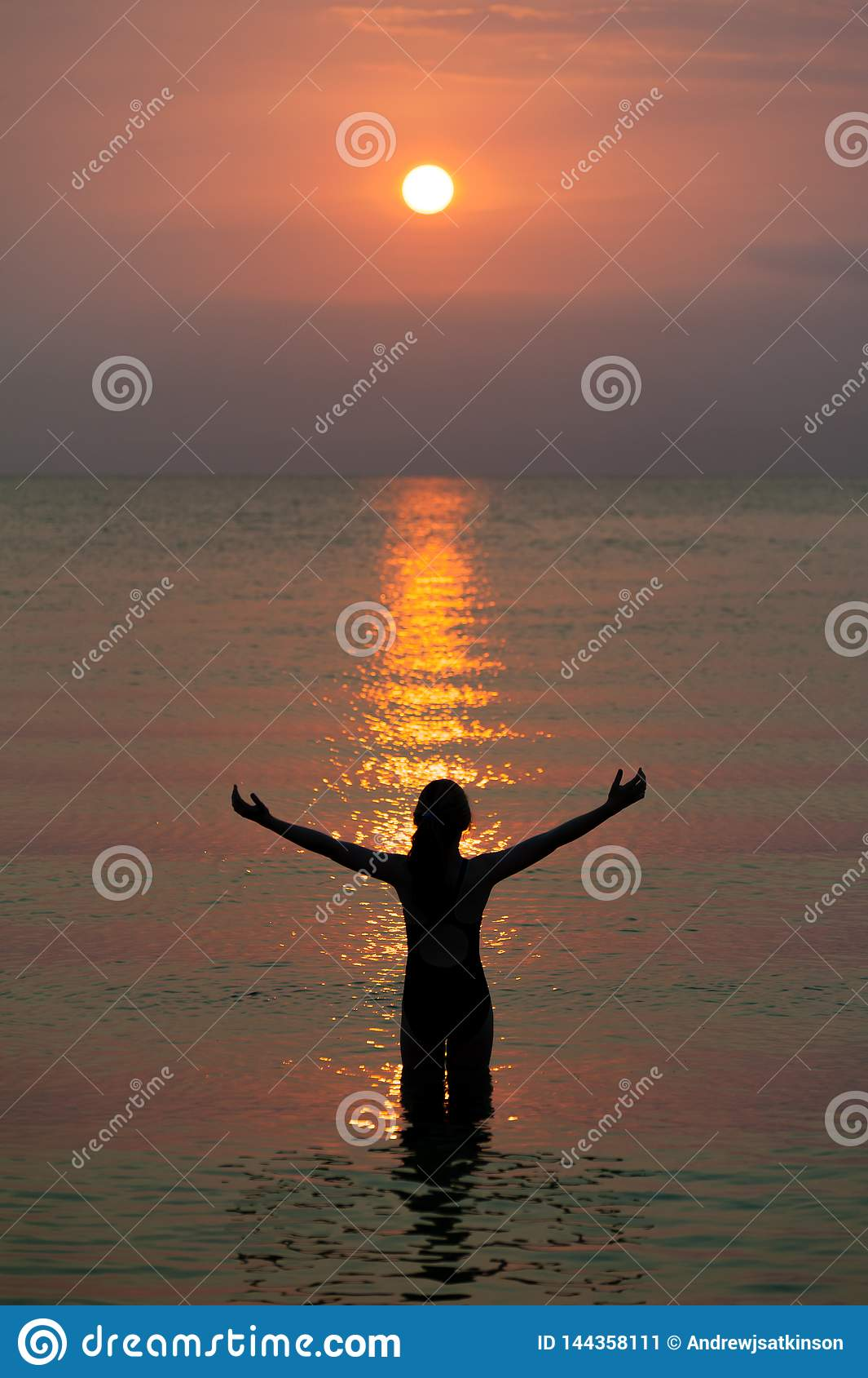 Flicka som håller ögonen på den härliga reflekterade modellen av solen som en trappuppgång på brand