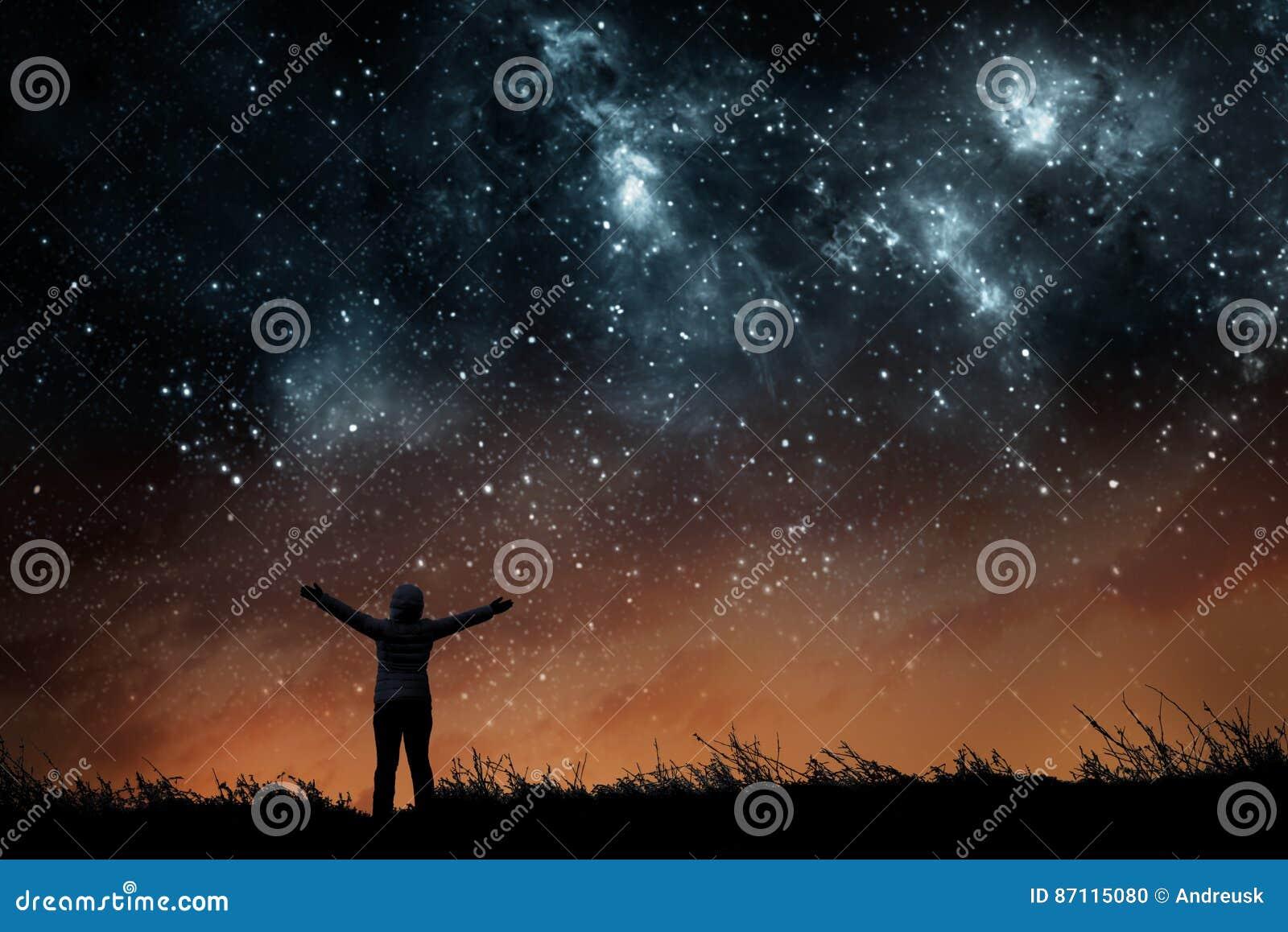 Flicka som håller ögonen på stjärnorna