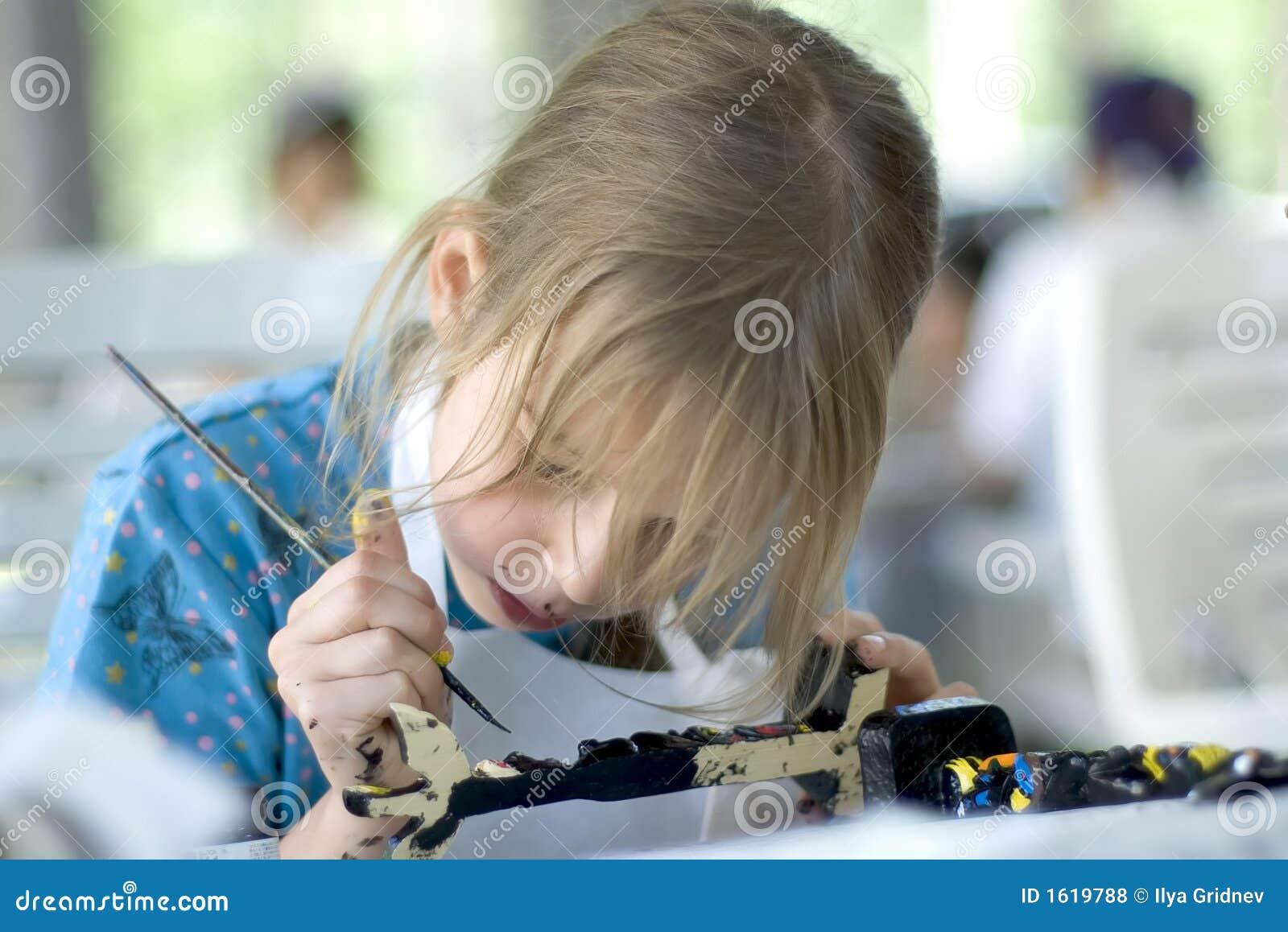 Flicka som målar den nätt totemen