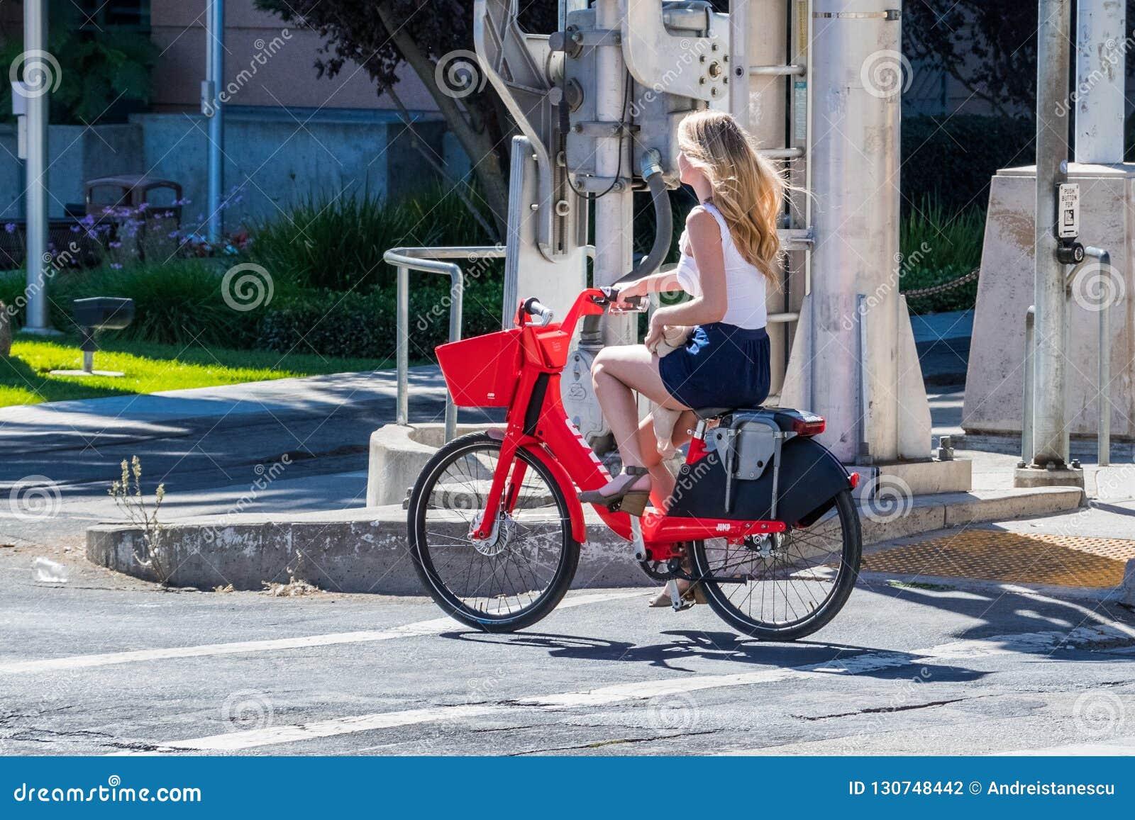 Flicka som rider en elektrisk cykel för hopp