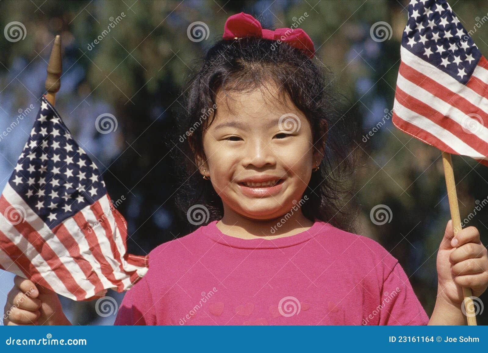 Flicka som rymmer amerikanska flaggan
