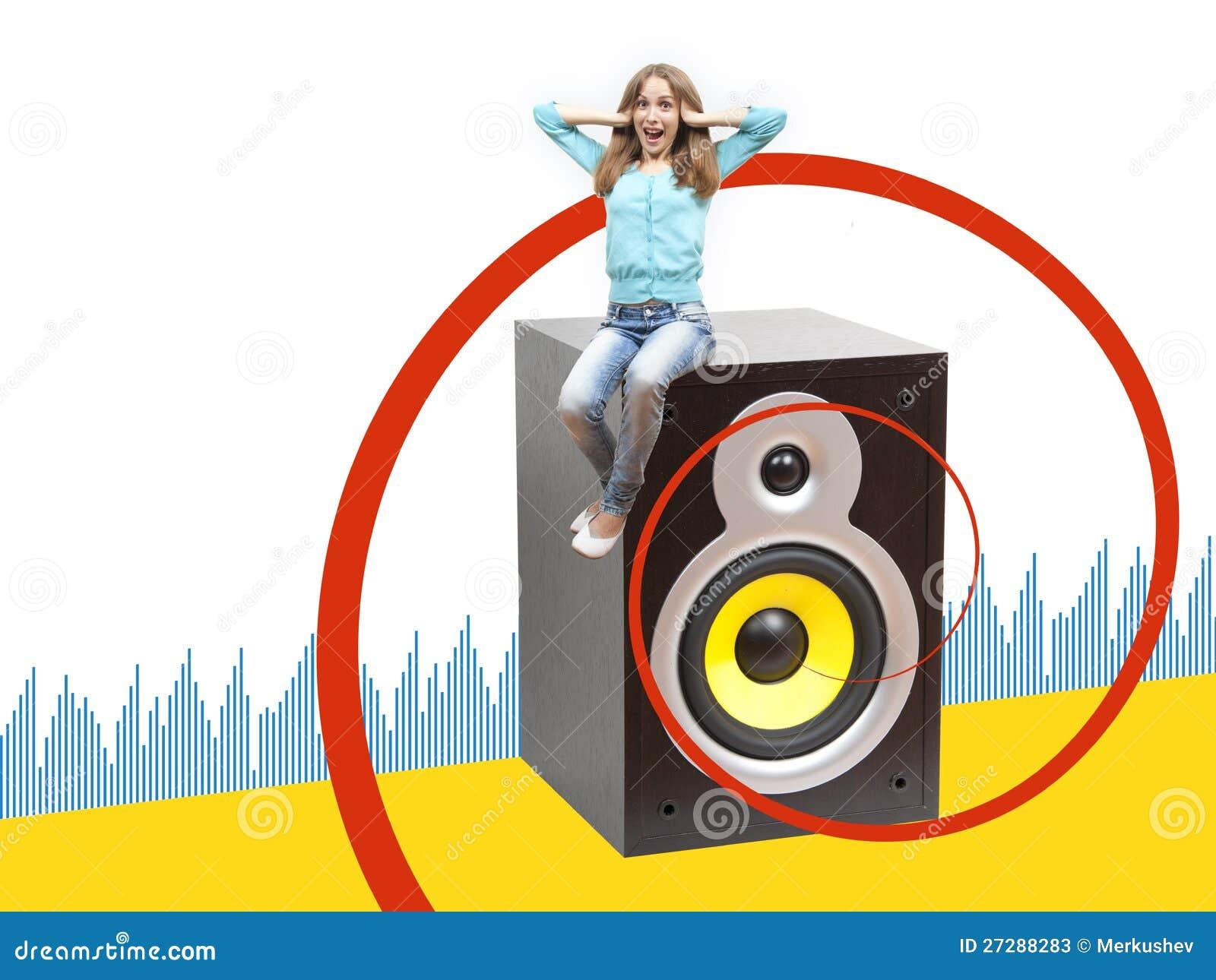 Flicka som sitter på en musikalisk högtalare