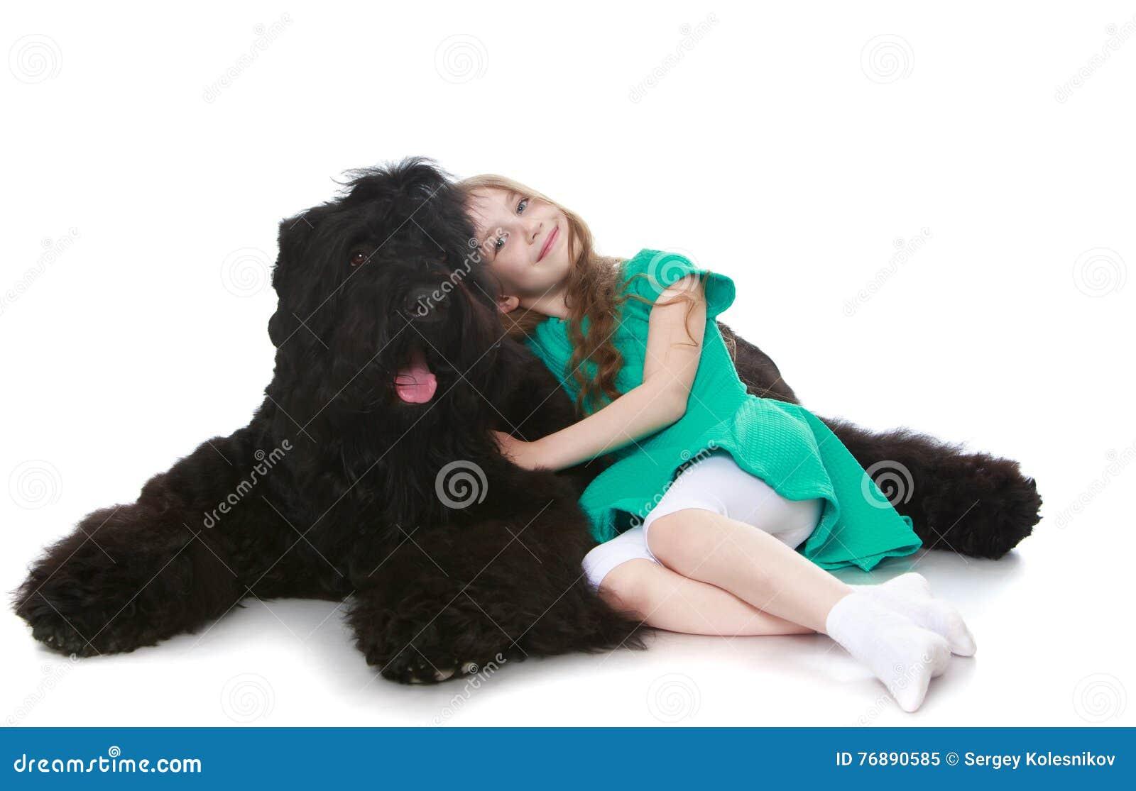 Flicka som slår en hund