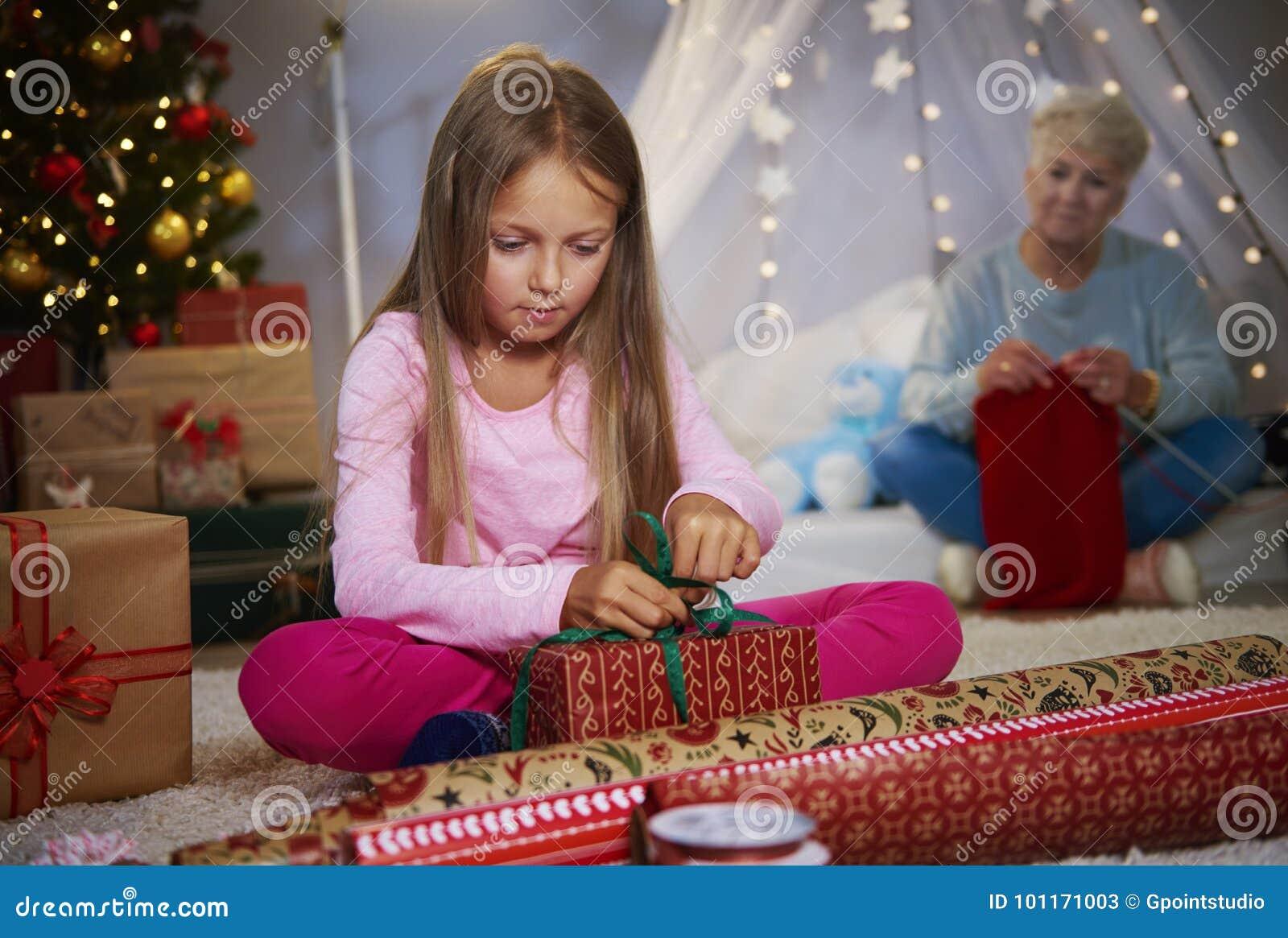 Flicka som slår in gåvor