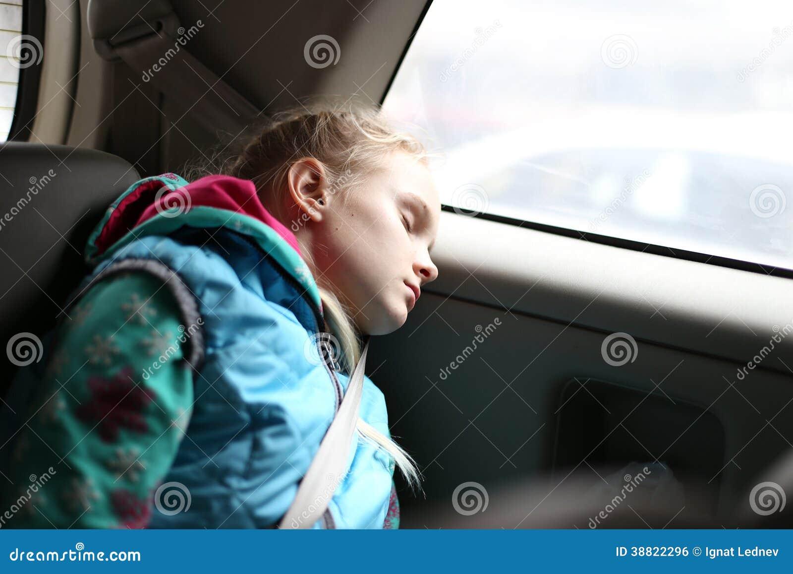 Flicka som sover i bil