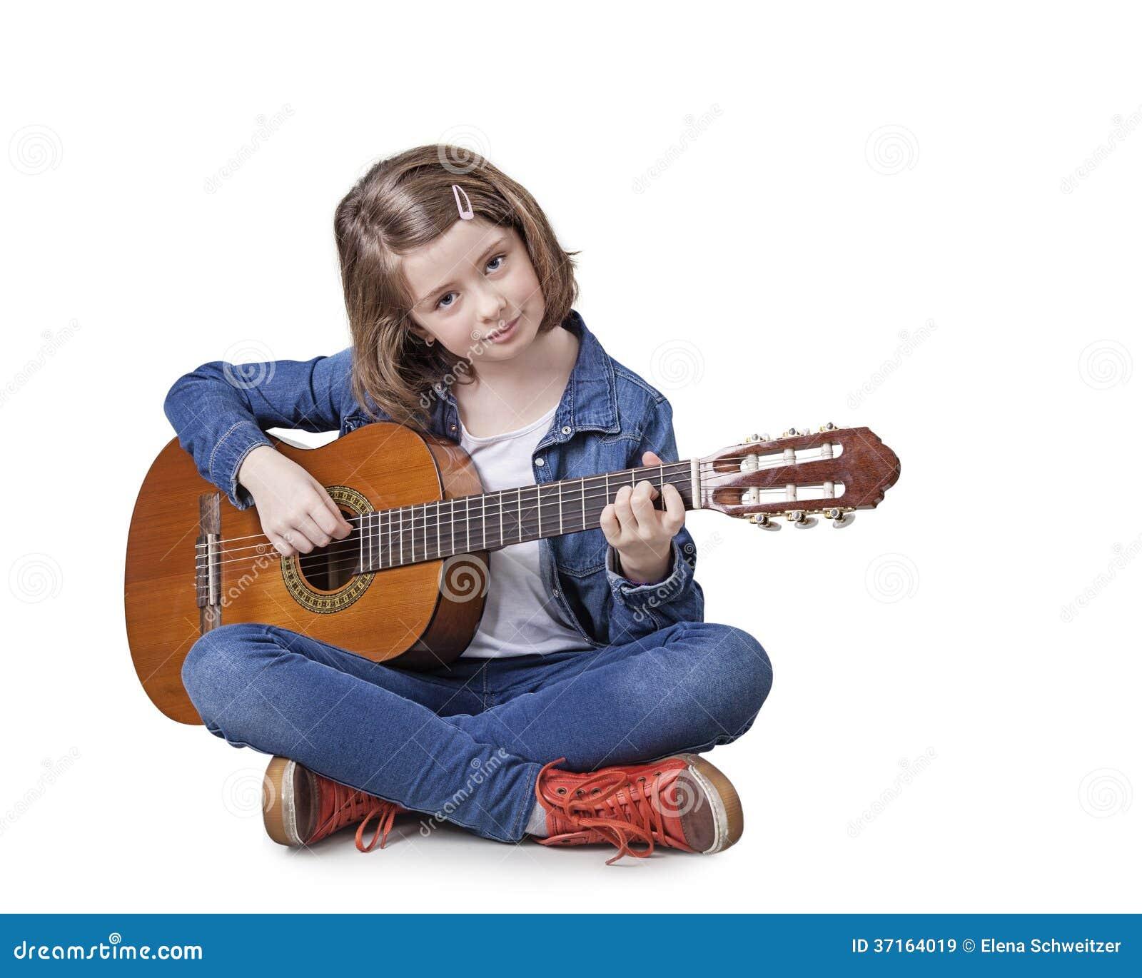 Flicka som spelar gitarren