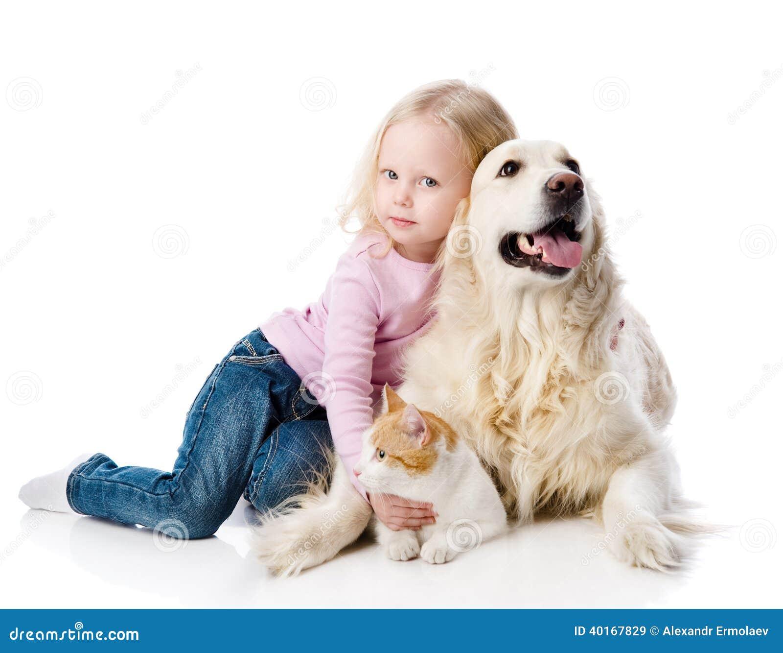 Flicka som spelar med husdjur - hund och katt.