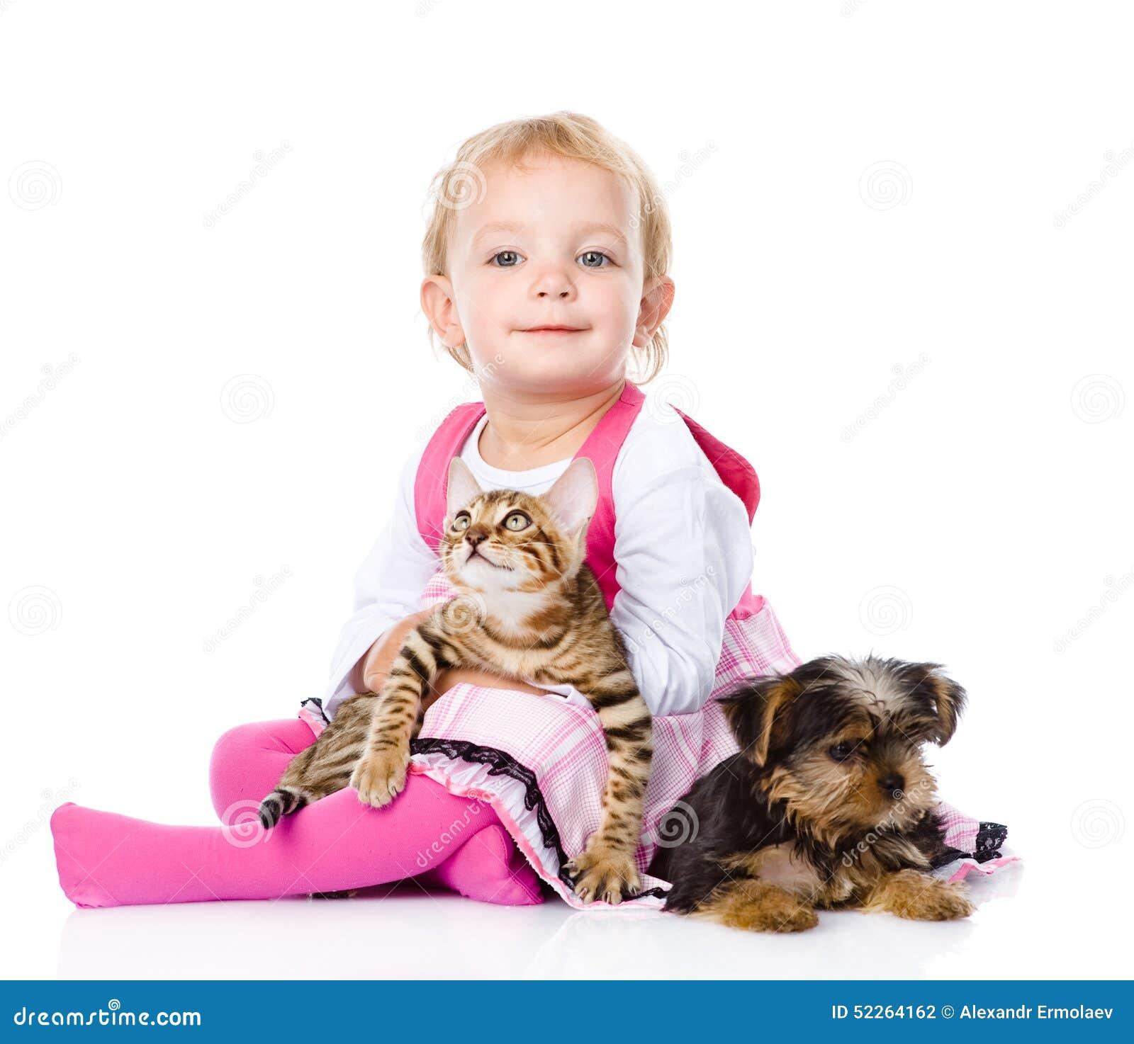Flicka som spelar med husdjur - hund och katt se kameran