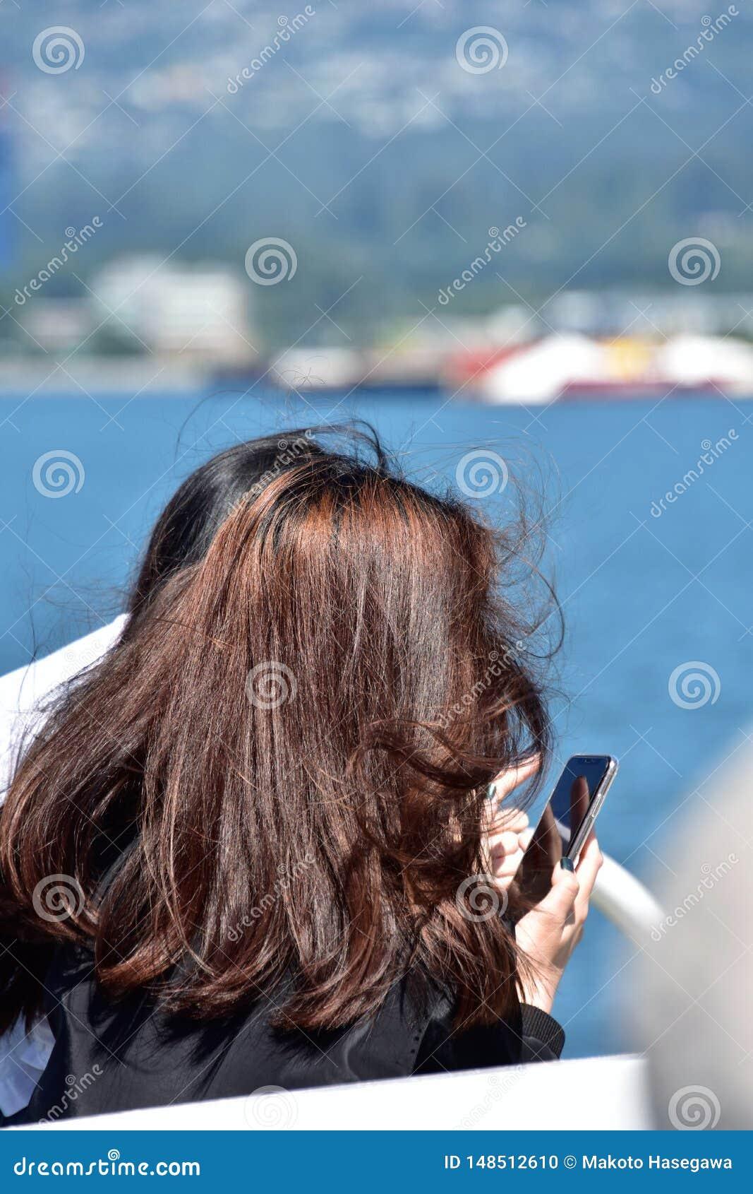 Flicka som tar en bild med en smart telefon
