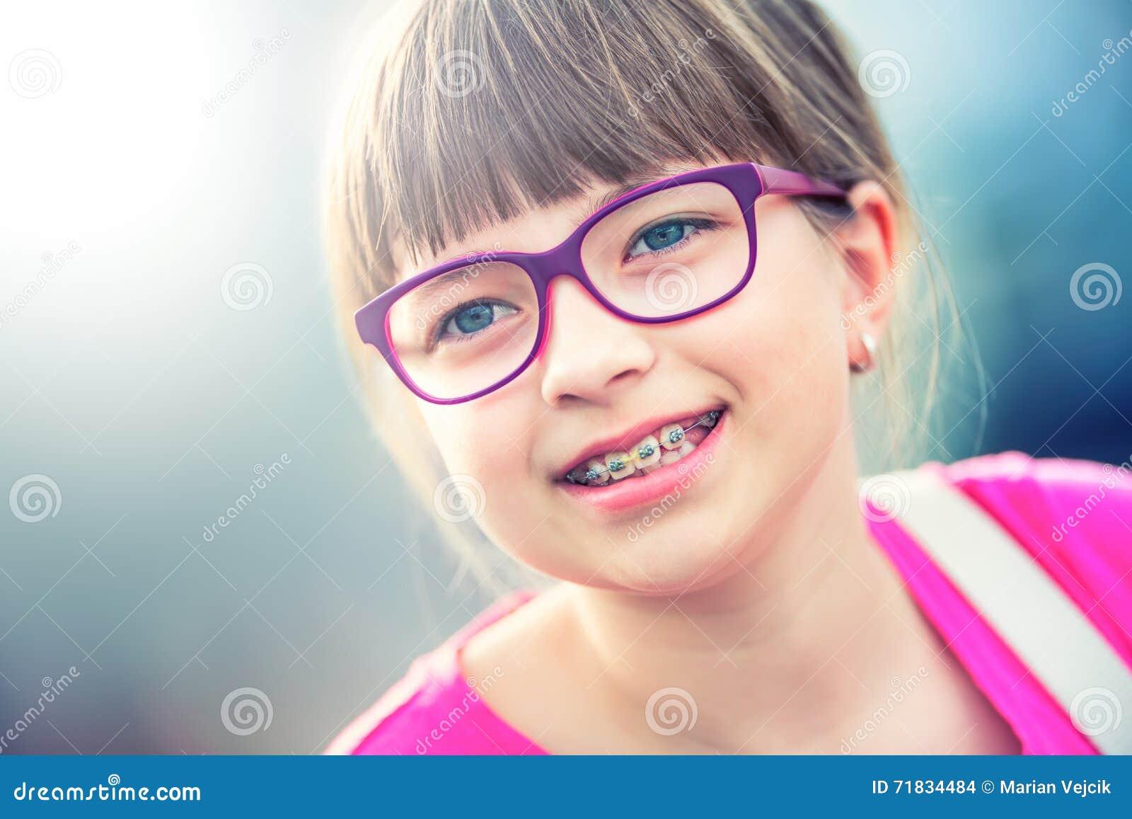 Flicka teen Pre tonårigt Flicka med exponeringsglas Flicka med tandhänglsen Bärande tandhänglsen och exponeringsglas för ung gull