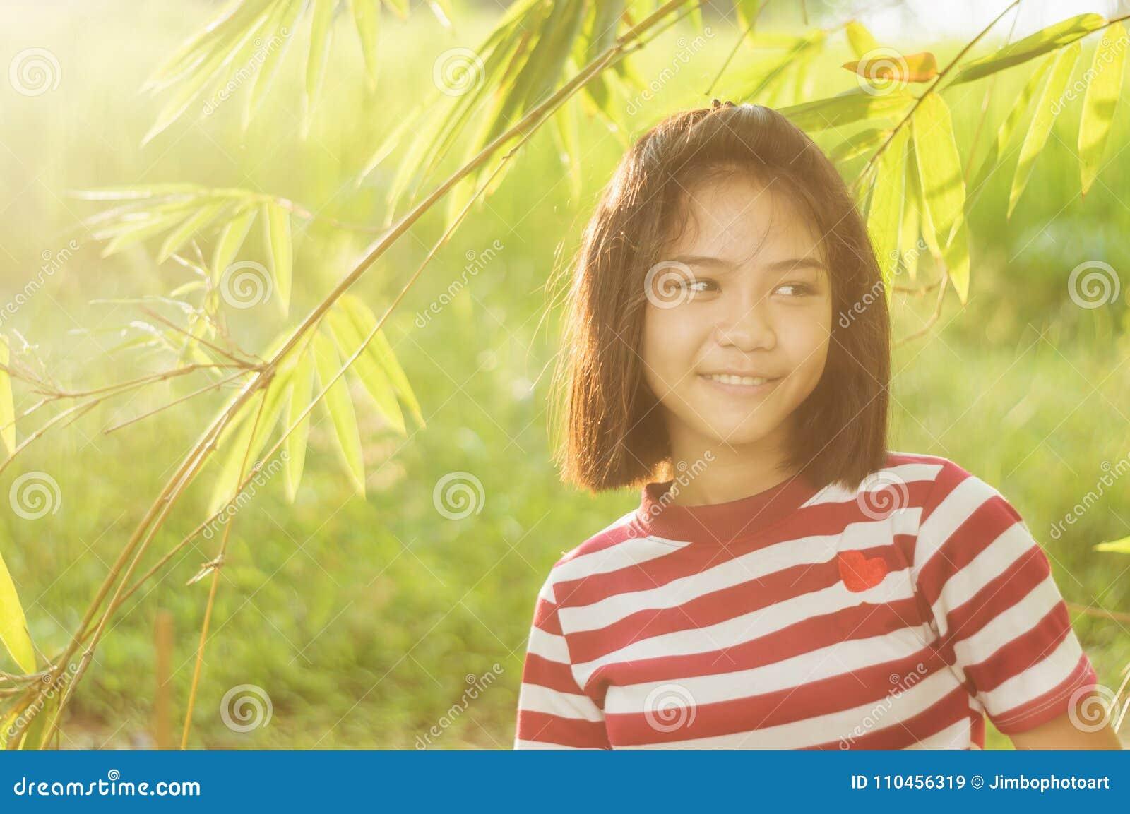 Flickaanseende i äng med solljus