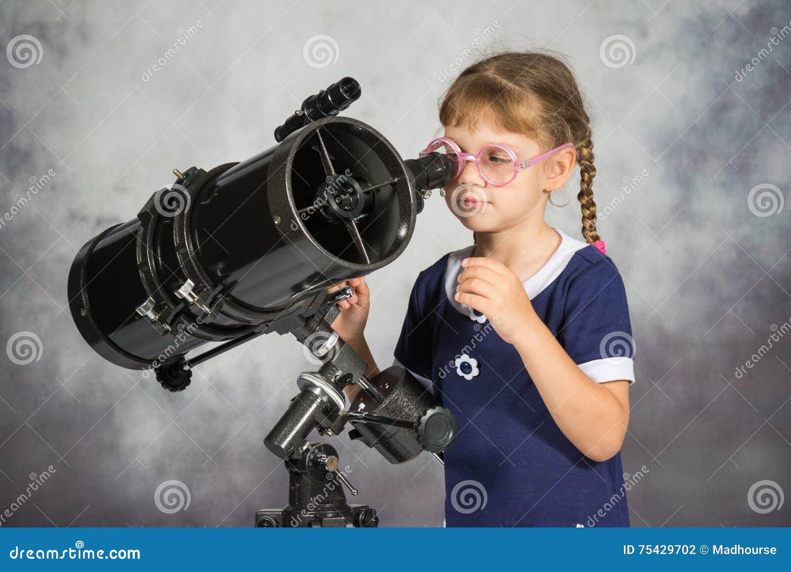 Flickaastronom som förvånas lyckligt av vad han såg i teleskopet