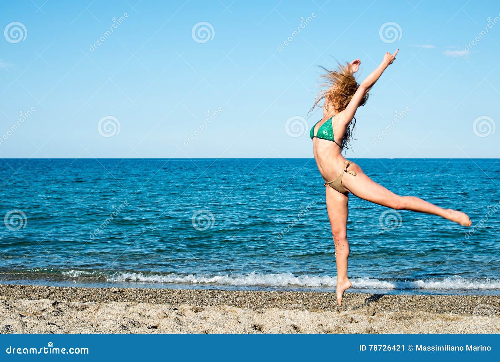 Flickablondin på strandförsöket en dansare