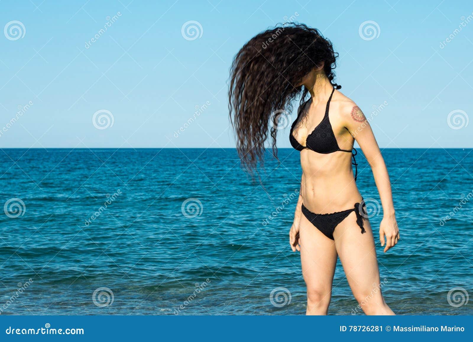 Flickabrunett på strandförsöket en dansare