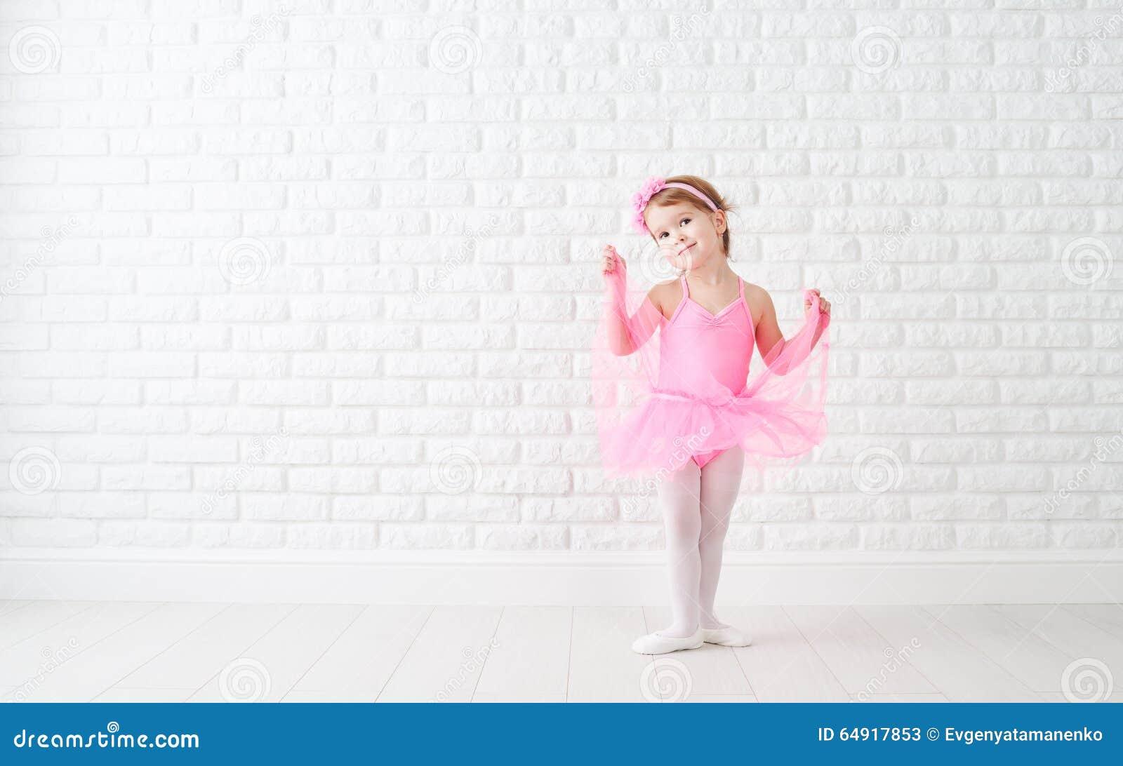 Flickadrömmar för litet barn av den passande ballerina