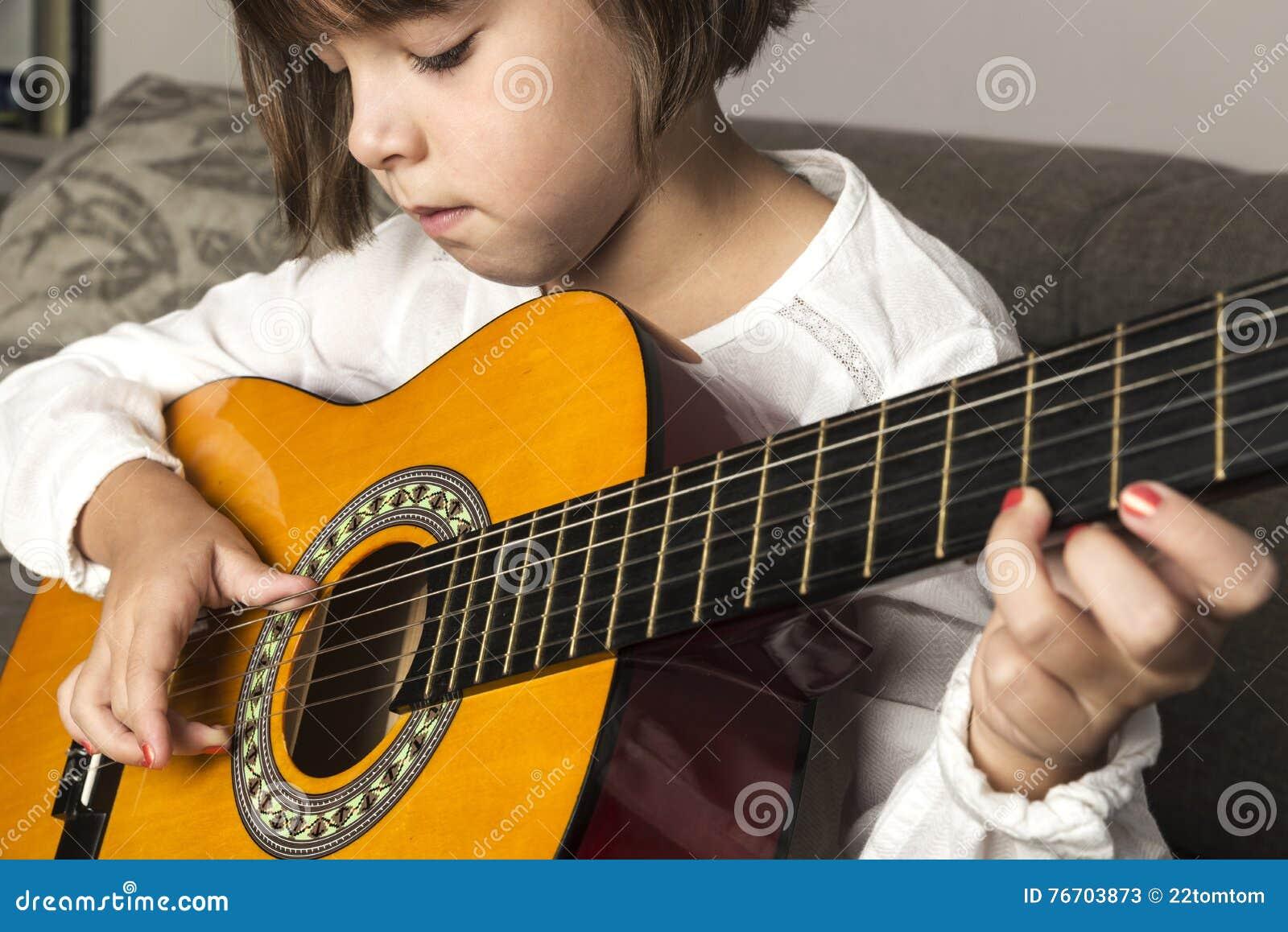 Flickagitarr little som leker