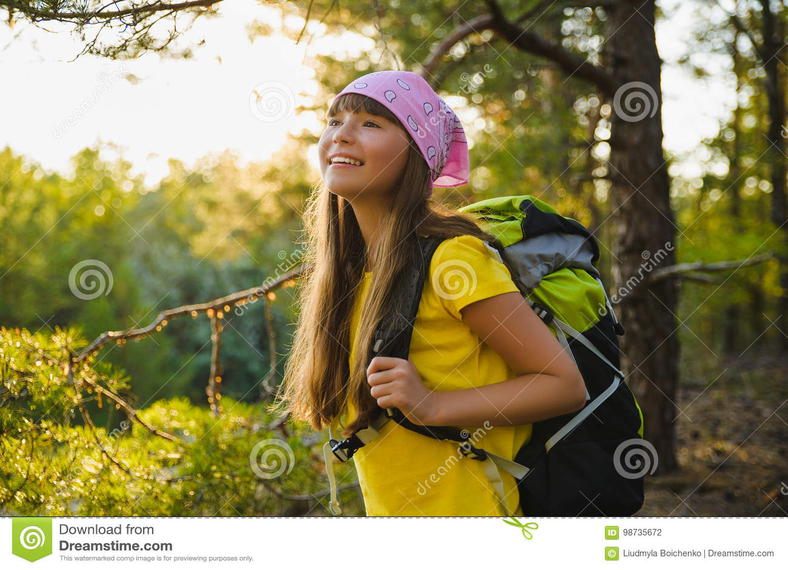 Flickahandelsresande med ryggsäcken i kulleskogaffärsföretaget, lopp, turismbegrepp