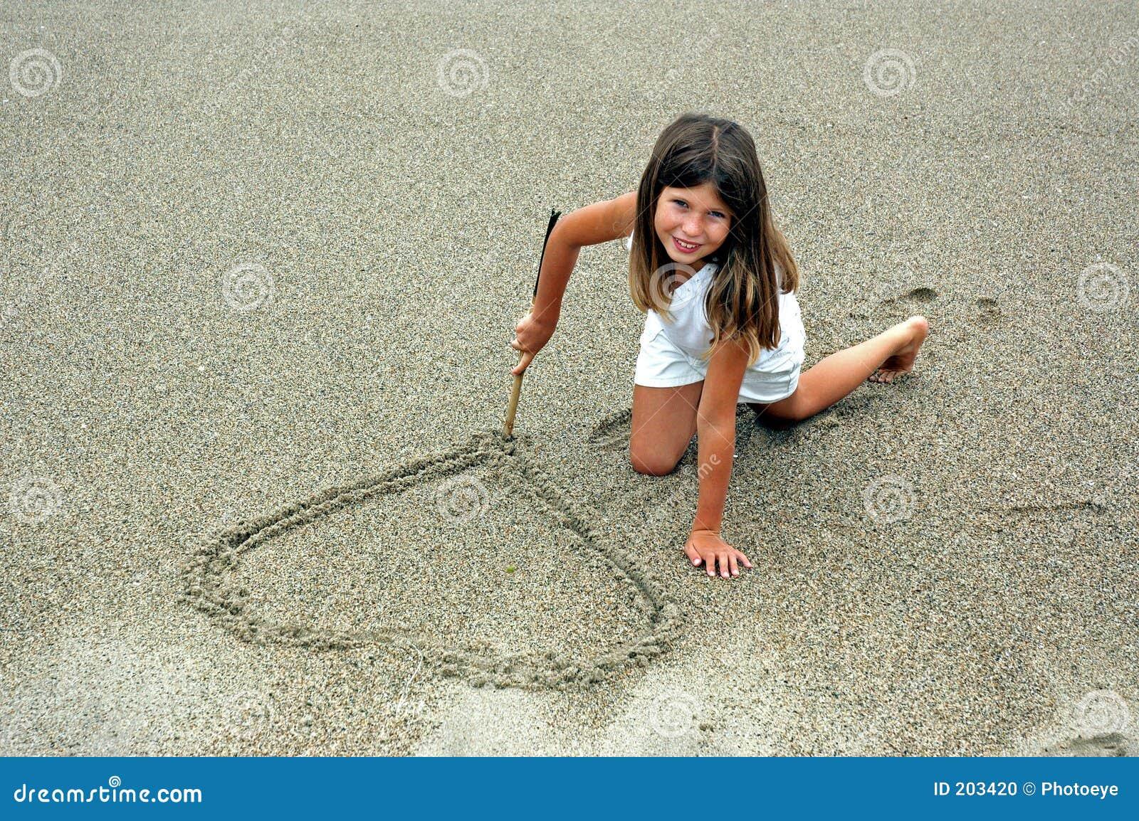 Flickahart som gör sanden