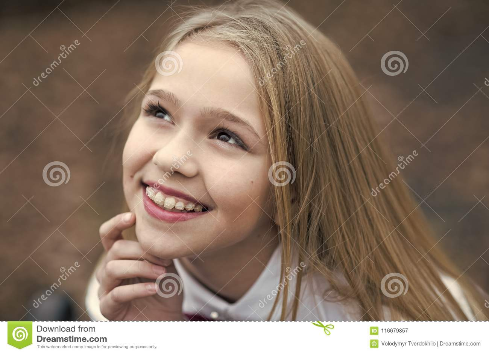 Flickaleende med den gulliga framsidan, skönhet Litet barn som ler med långt blont hår, utomhus- frisyr Behandla som ett barn skö