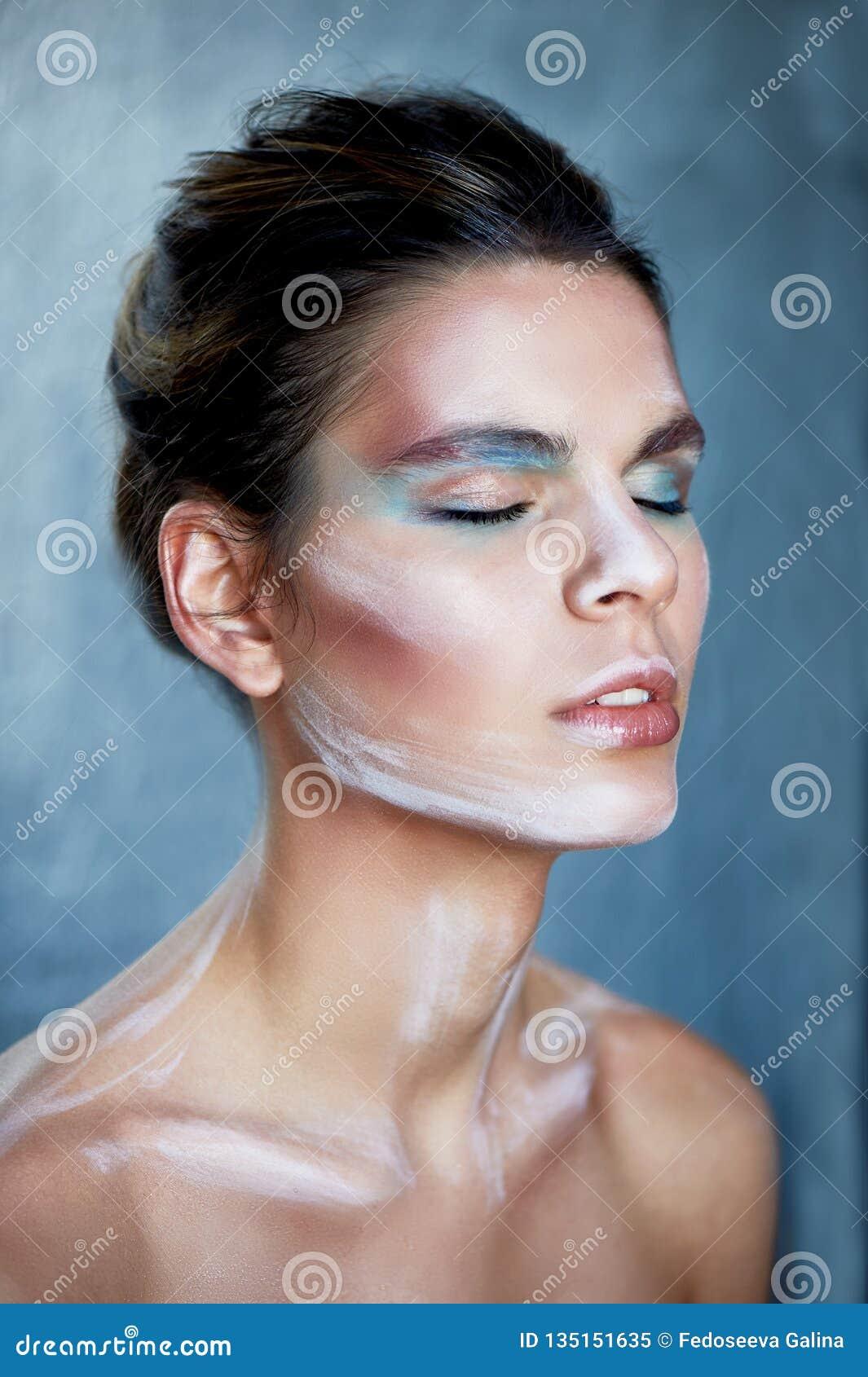 Flickamodell med idérik makeup, målarfärgslaglängder på framsidan idérik person Ögon stängde sig, tillståndet av slummer och sali