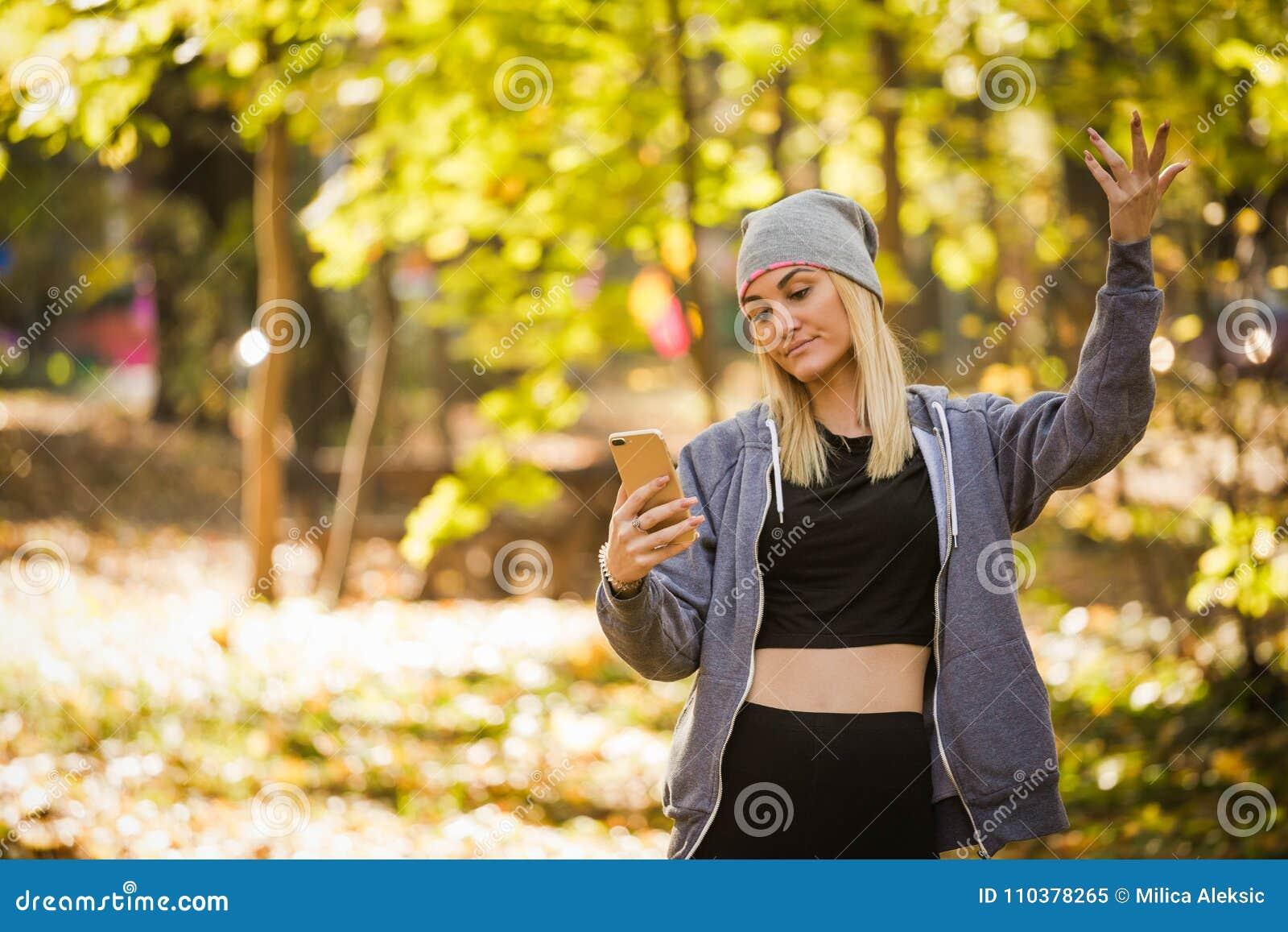 Flickan har borttappat en mobil signal i skogen och kan inte överföra meddelandet