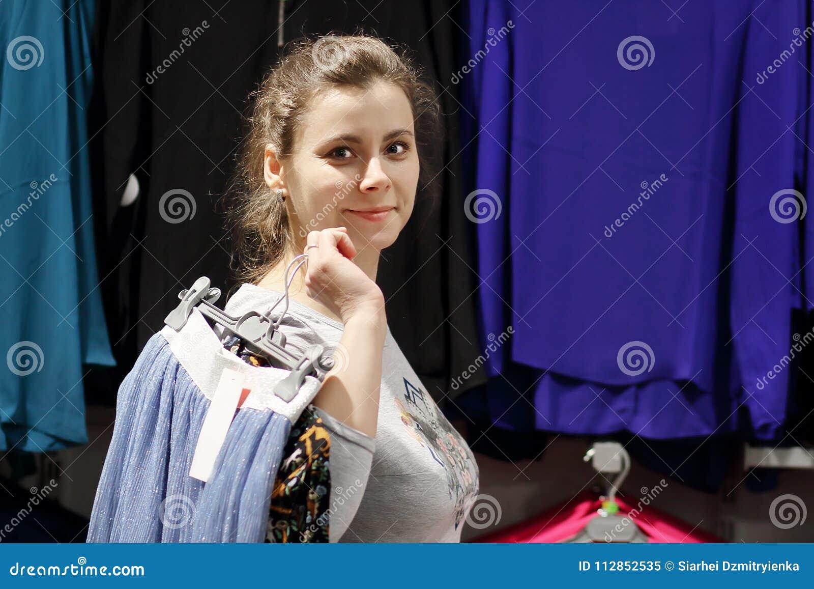 Flickan i fången kläder för mode boutique och går till loge ben för bakgrundspåsebegrepp som shoppar den vita kvinnan Den attrakt