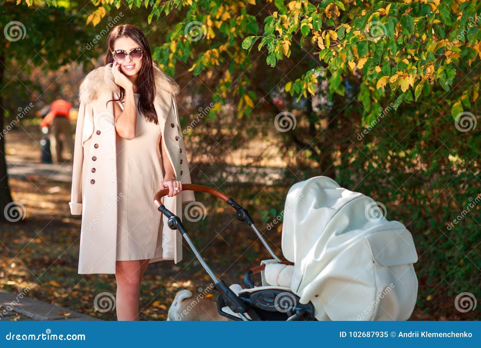 Flickan i lag går med behandla som ett barn och leenden utanför