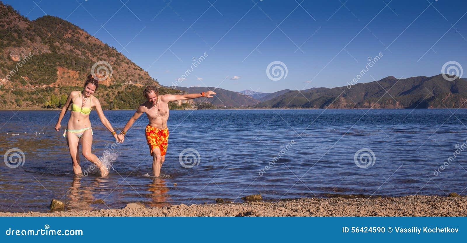 Flickan i nationell klänning på sjön
