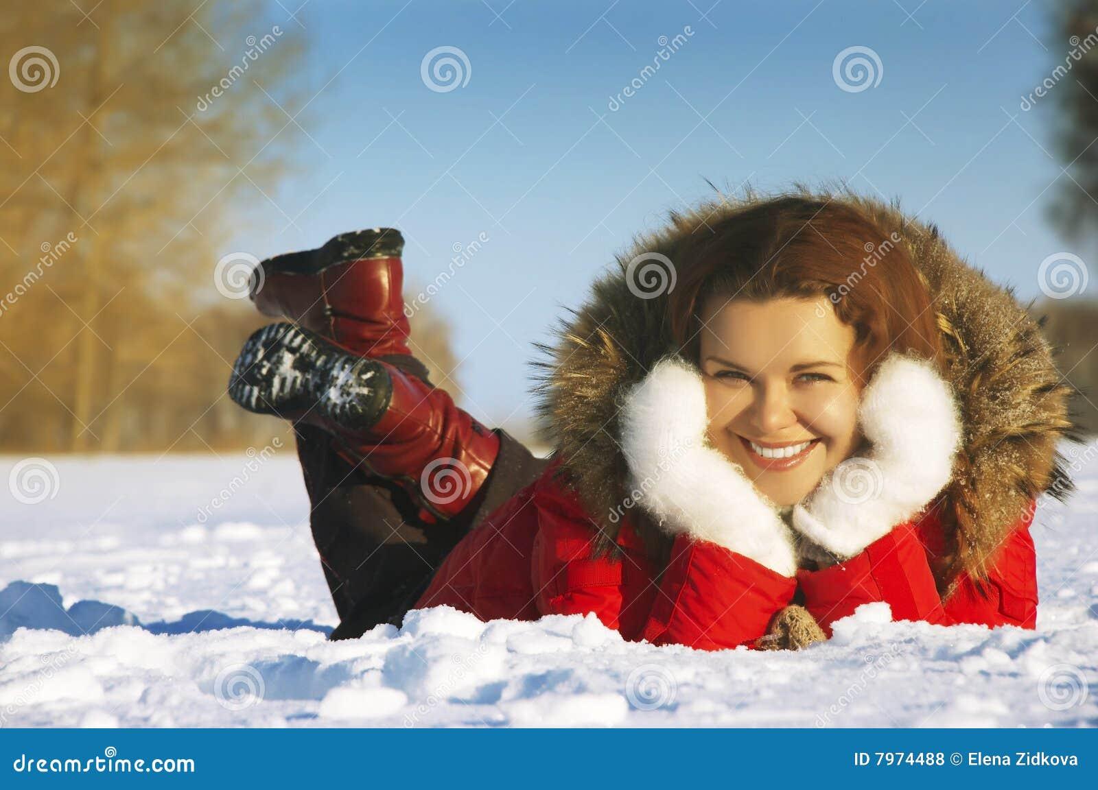 Flickan lägger snow