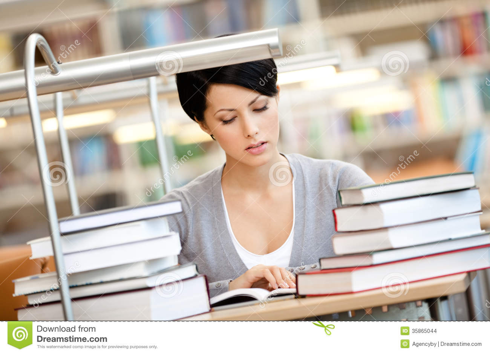 Flickan läser på den läs- korridoren