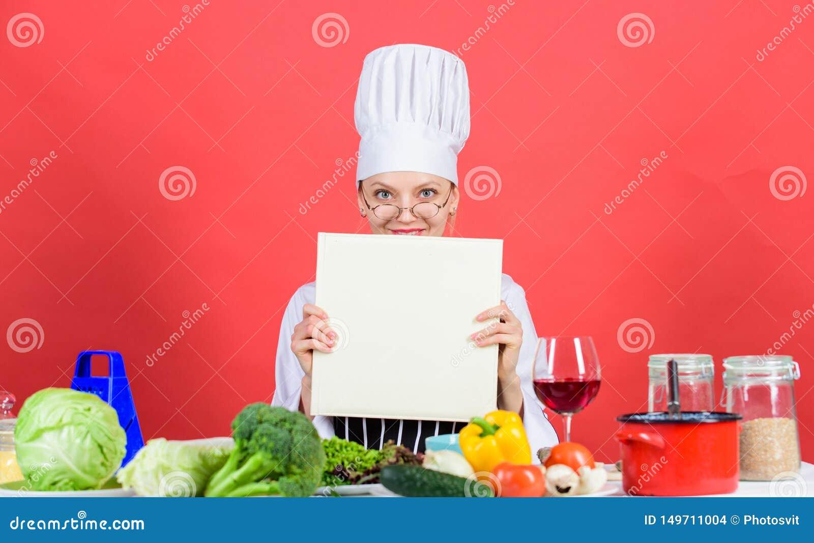 Flickan l?ste b?sta kulinariska recept f?r bok Kulinariskt skolabegrepp Bok vid ber?mt kockkopieringsutrymme Yrkesm?ssig niv? Kvi