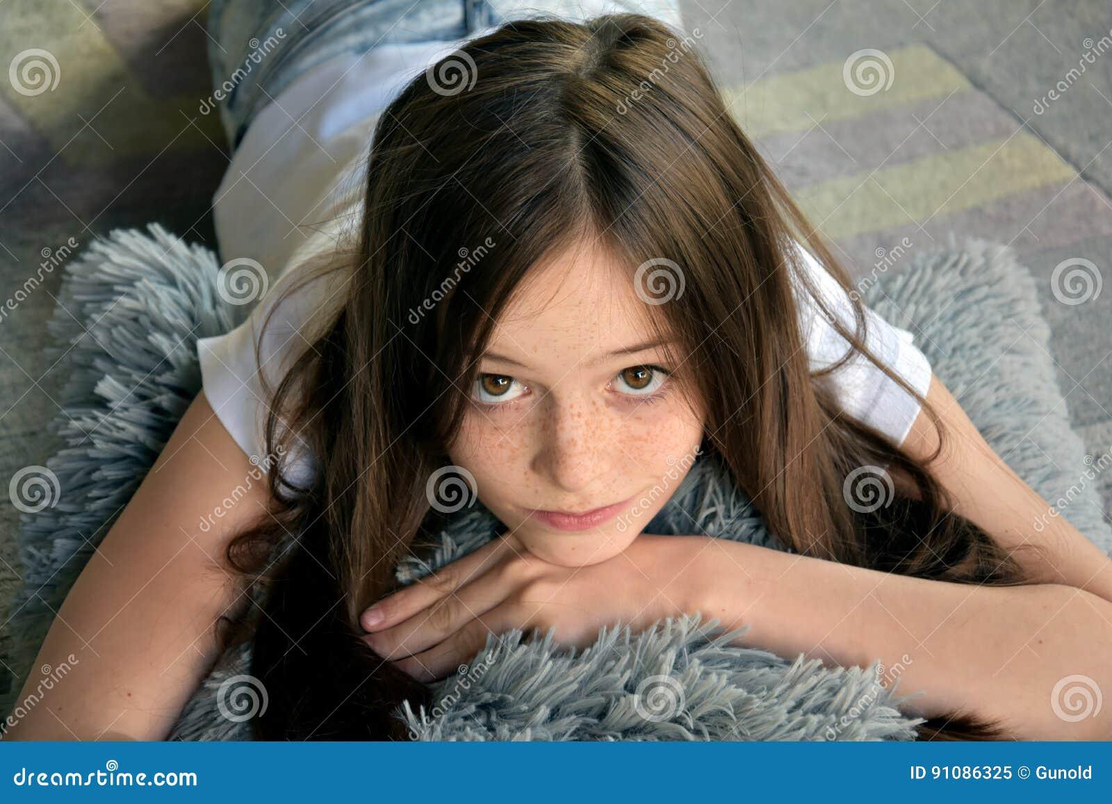 Flickan ligger på golvet